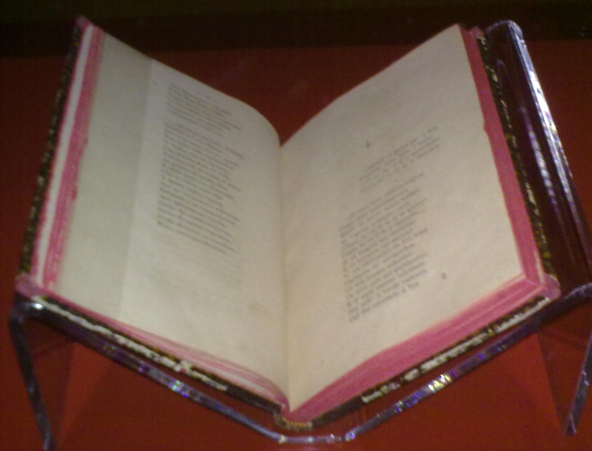 Primera edición de Cantares gallegos, expuesta en la Ciudad de la Cultura de Galicia.