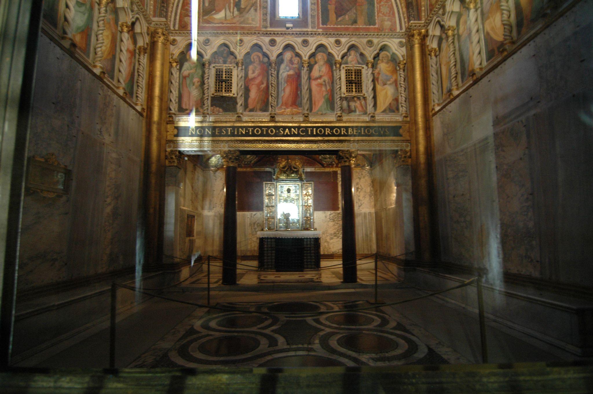 """La processione s ordinava e partiva la vigilia Il Papa con i Cardinali apriva nella """"Sancta Sanctorum""""[25] dice l epigrafe"""