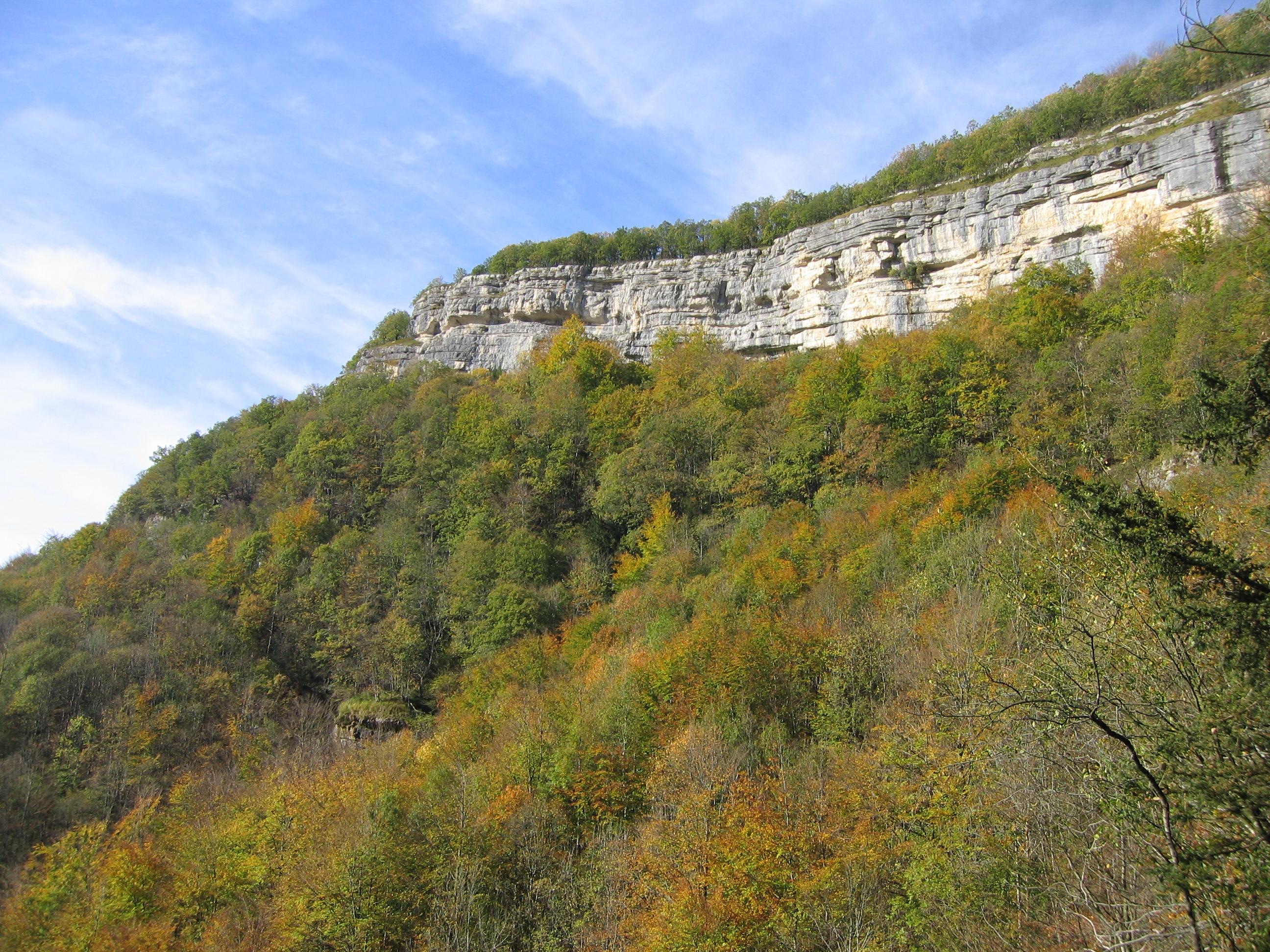 Les montagnes Cascade_du_h%C3%A9risson_Jura_France_-_la_montagne