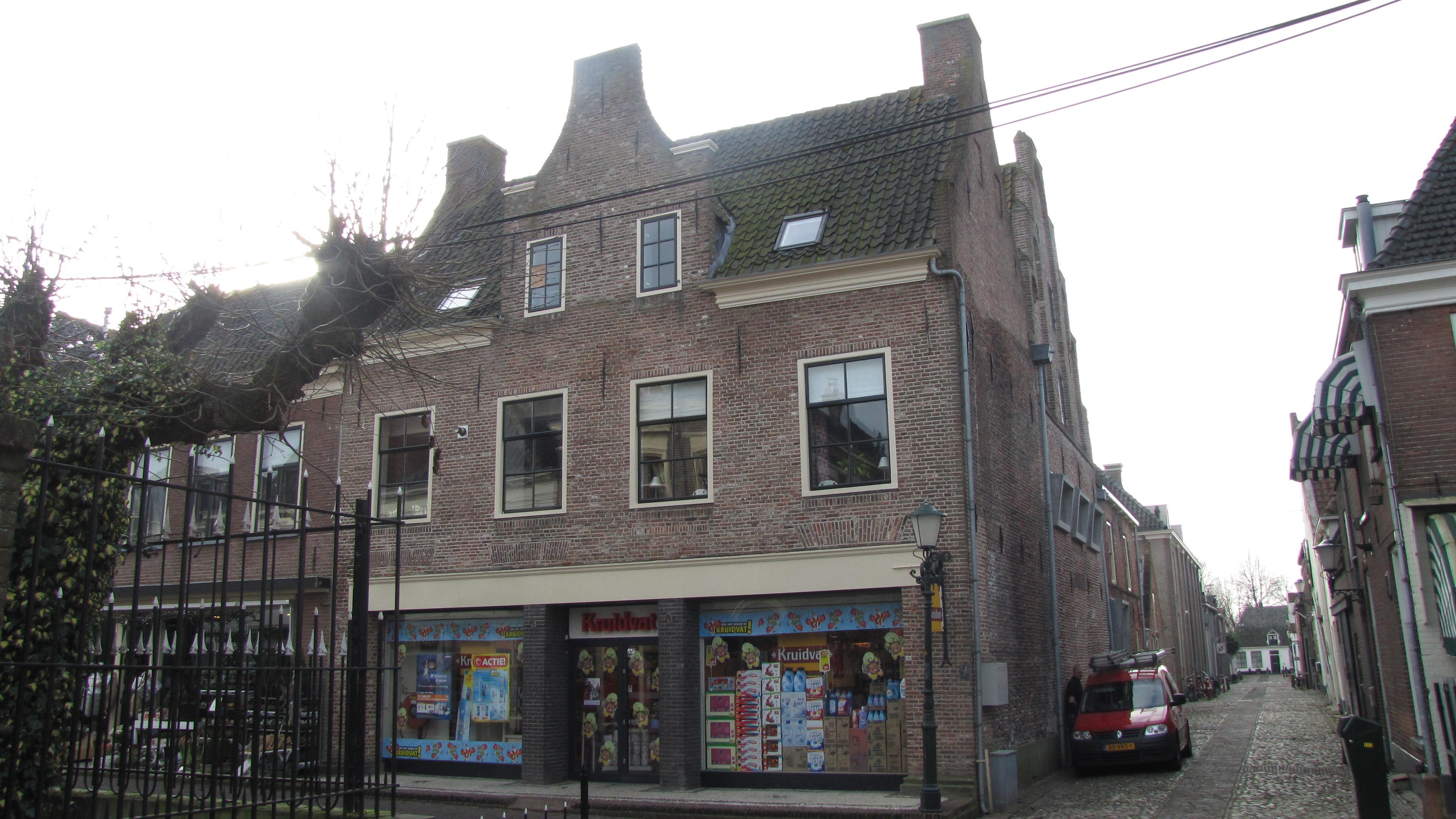 Huis met zadeldak tussen topgevels evenwijdig aan de straat hoekschoorstenen in elburg - Tussen huis ...