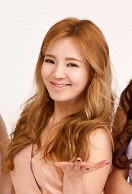 File:Kim Hyoyeon, LG 3D TV, Jan 2012.jpg