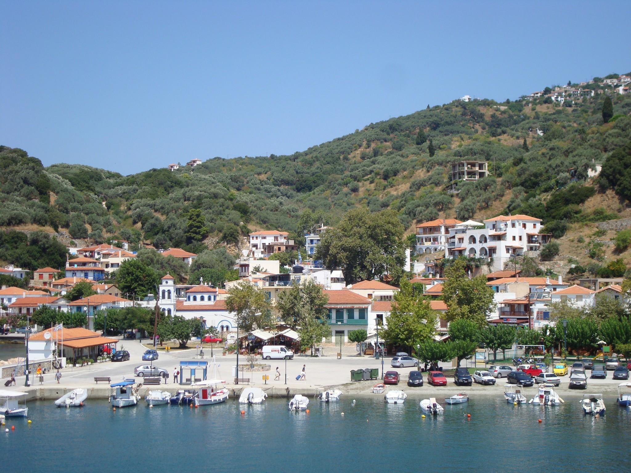 File:Loutraki village in Skopelos 1.JPG - Wikimedia Commons