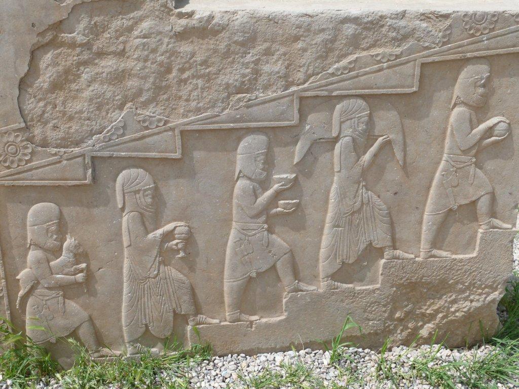 Datei persepolis relief priests g wikipedia