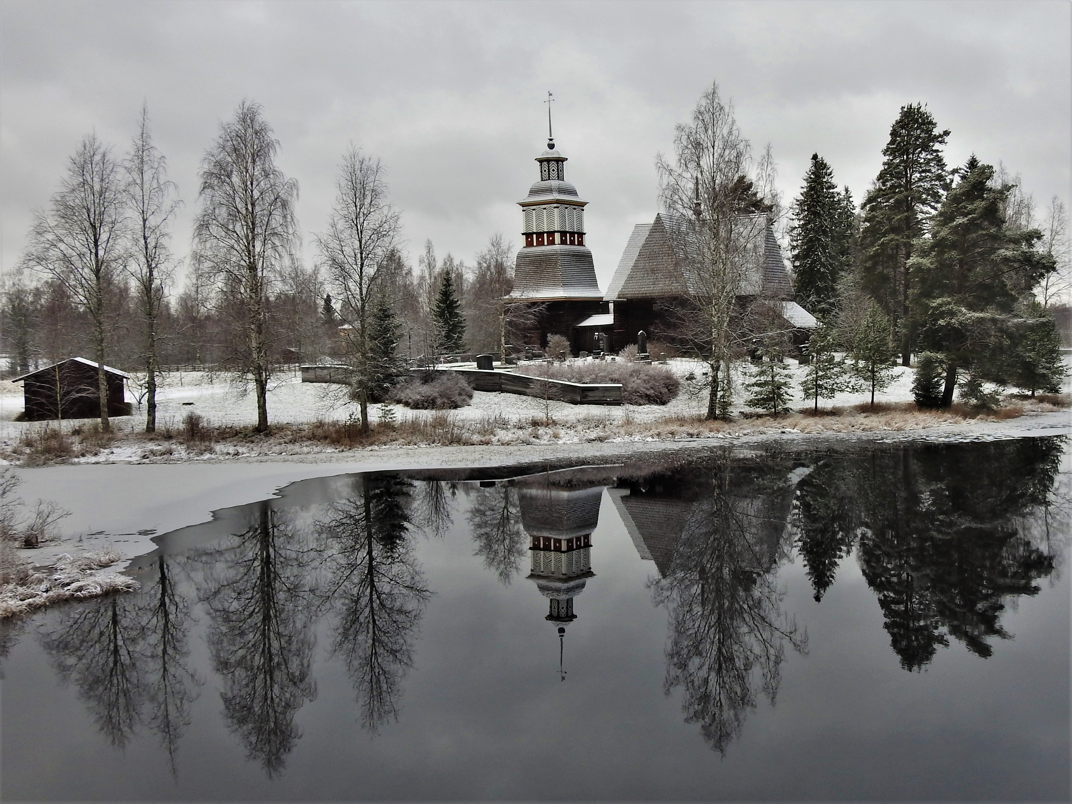 Petäjäveden vanha kirkko talviasussa.jpg