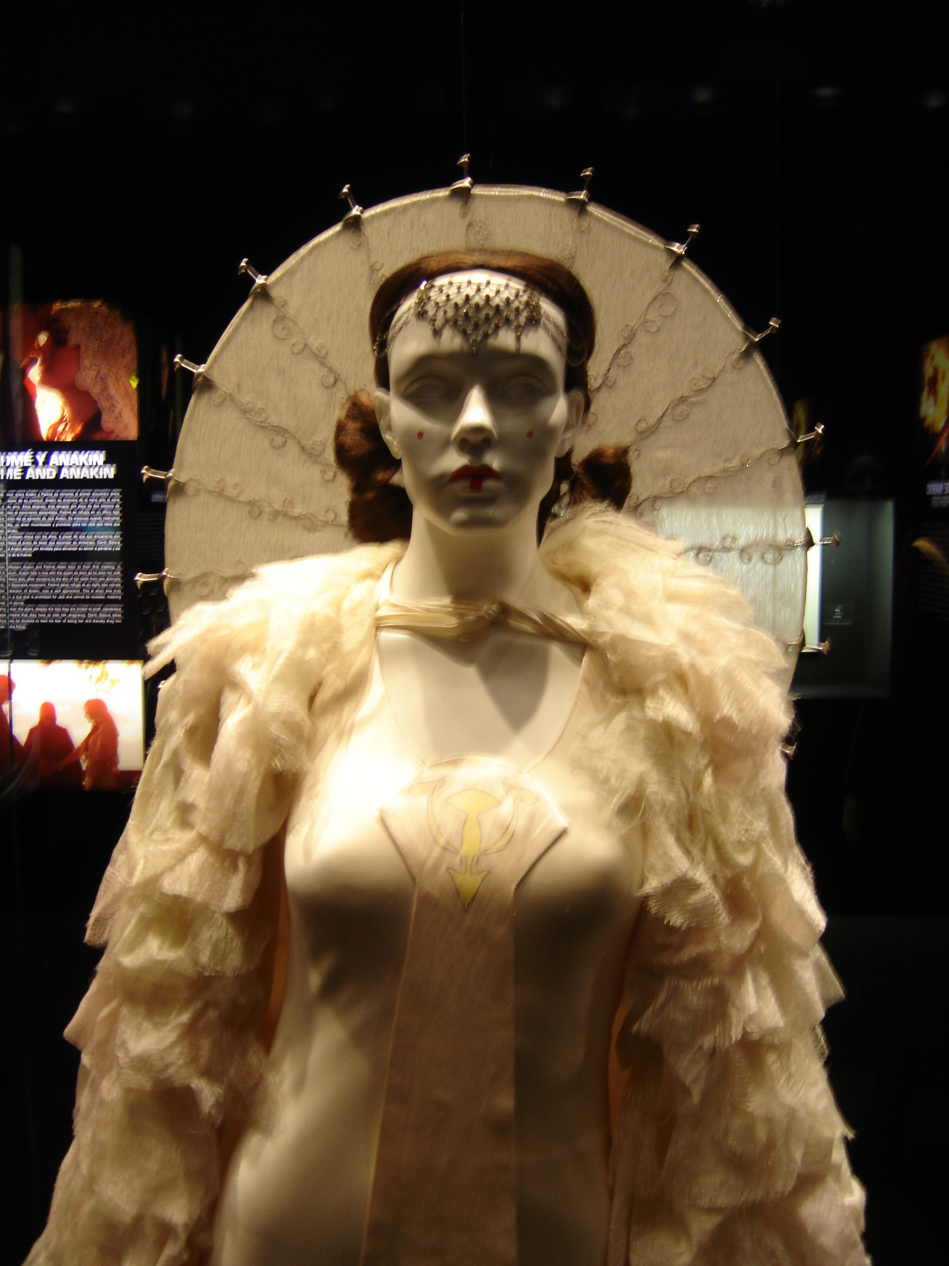File:Queen Amidala\'s Parade Gown (top).jpg - Wikimedia Commons