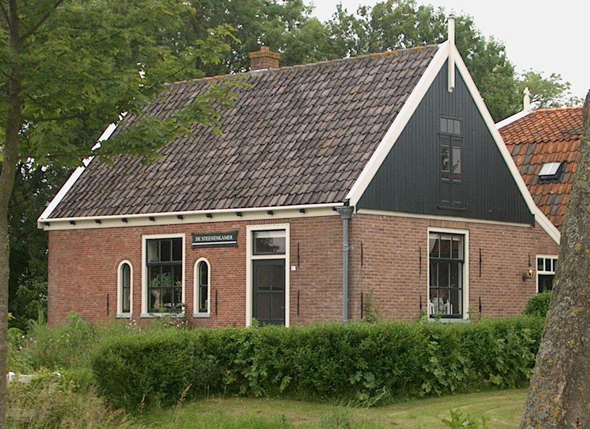 De steenenkamer huisje onder dwars zadeldak tussen houten topgevels gepleisterde plint in de - Interieur houten huisje ...