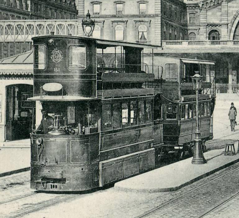 Tramway Mékarski à la gare de l'Est (Paris). (Photo: Claude SHOSHANY - Wikimedia)