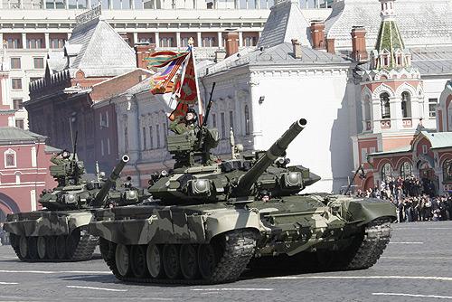 Czołg T-90 w barwach armii rosyjskiej.