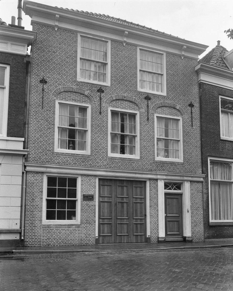 Huis met gevel onder rechte lijst in gorinchem monument - Huis gevel ...