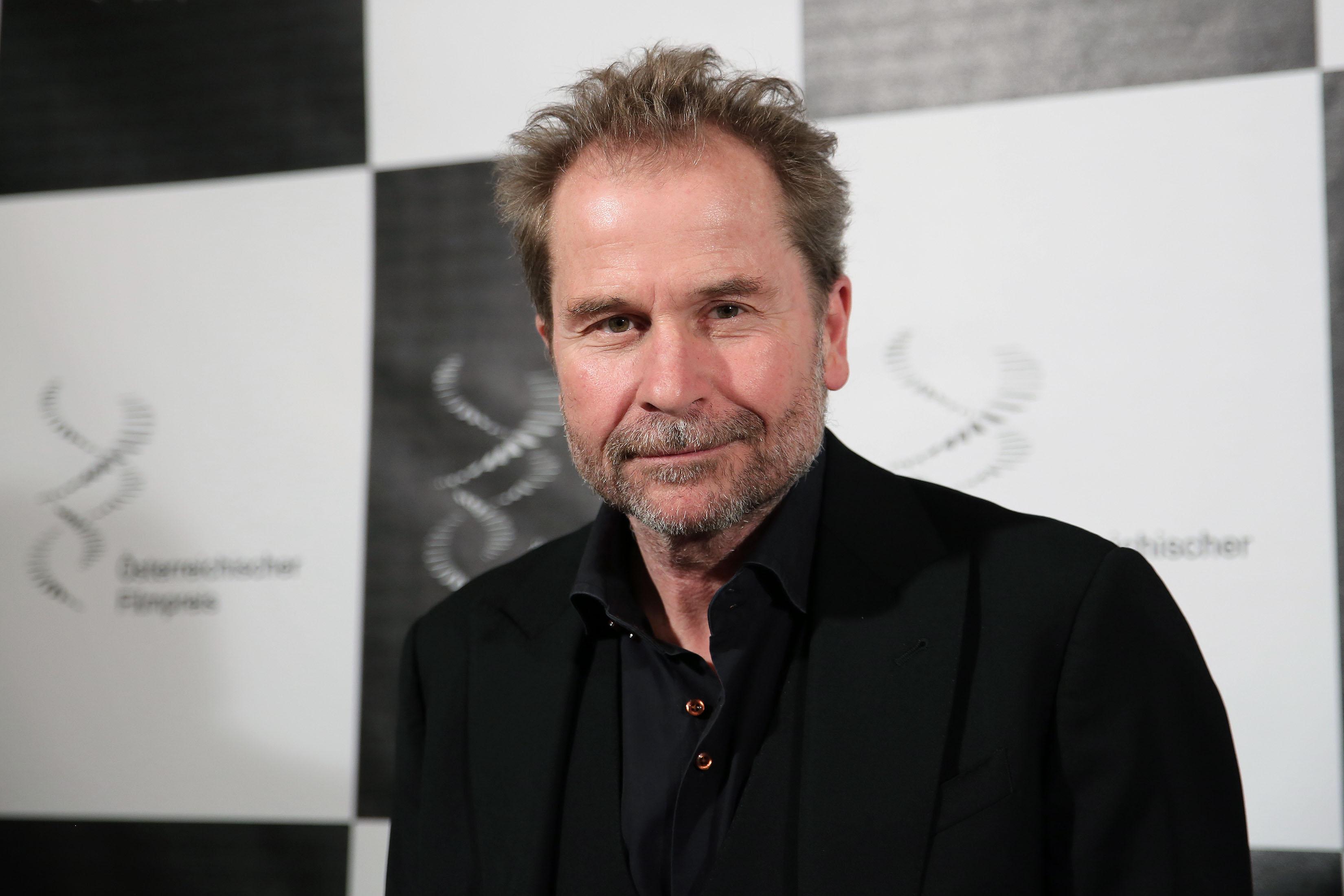 https://upload.wikimedia.org/wikipedia/commons/1/16/%C3%96sterreichischer_Filmpreis_2013_B_Ulrich_Seidl_2.jpg
