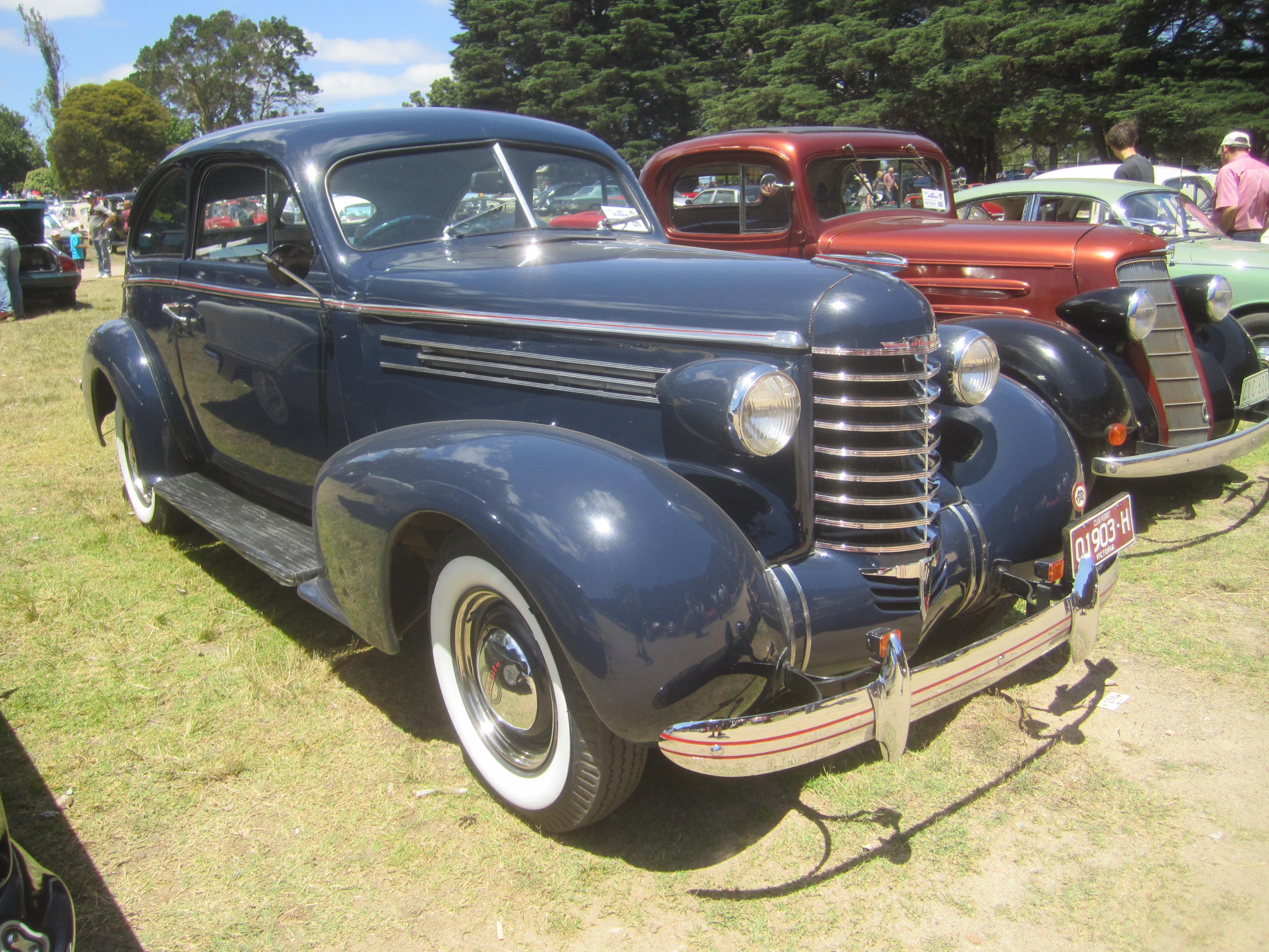 File 1937 oldsmobile sloper wikimedia commons for 1932 oldsmobile 4 door