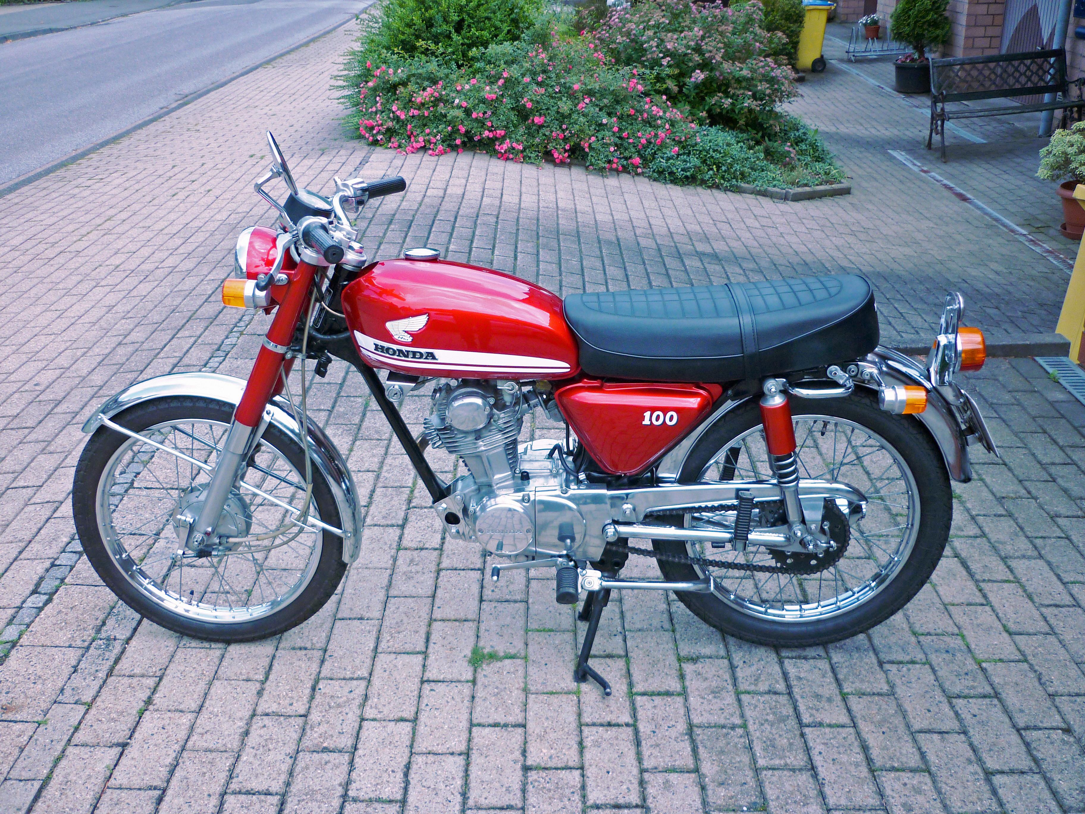File1970 Honda CB 100 Left Side