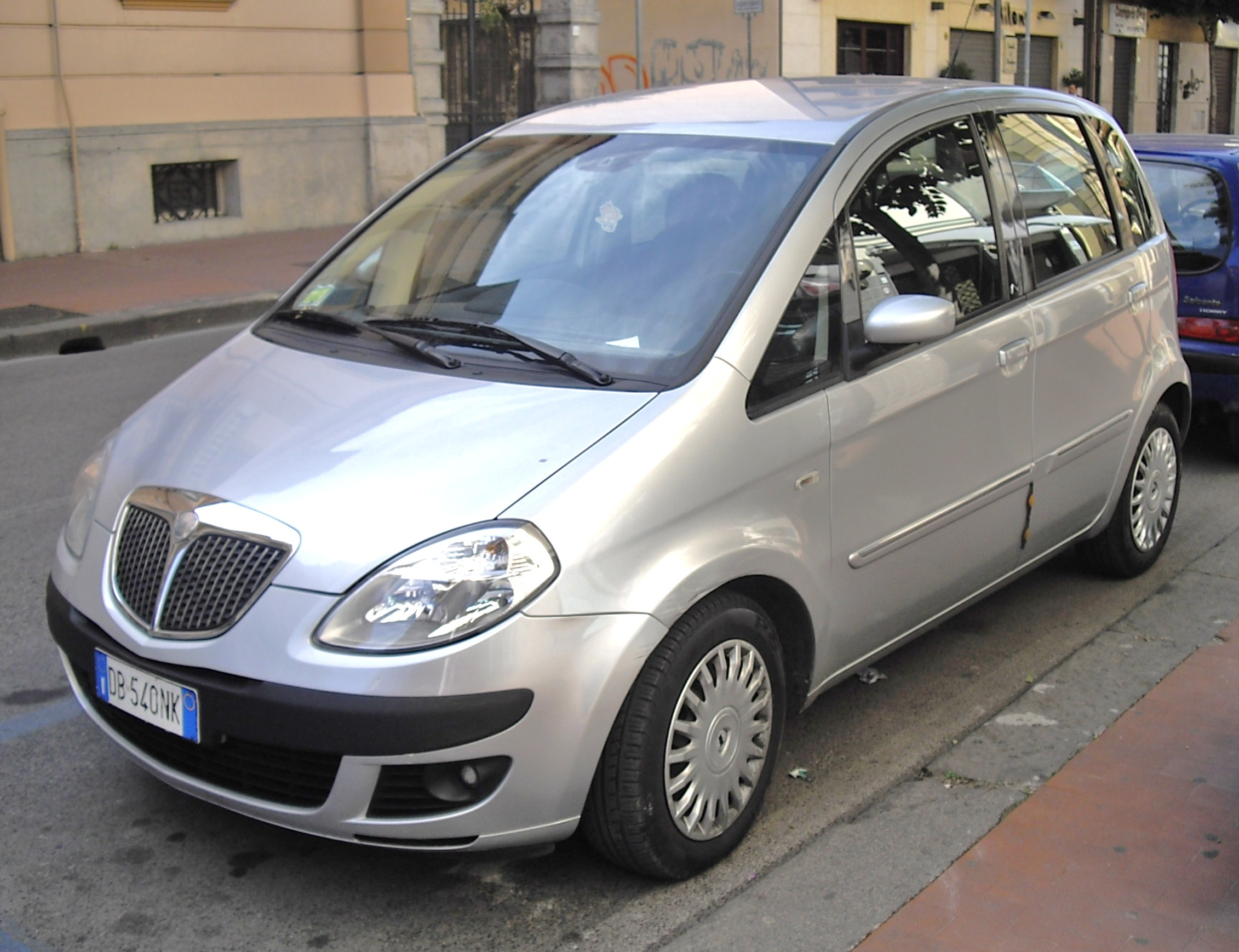 https://upload.wikimedia.org/wikipedia/commons/1/16/2005_Lancia_Musa.jpg