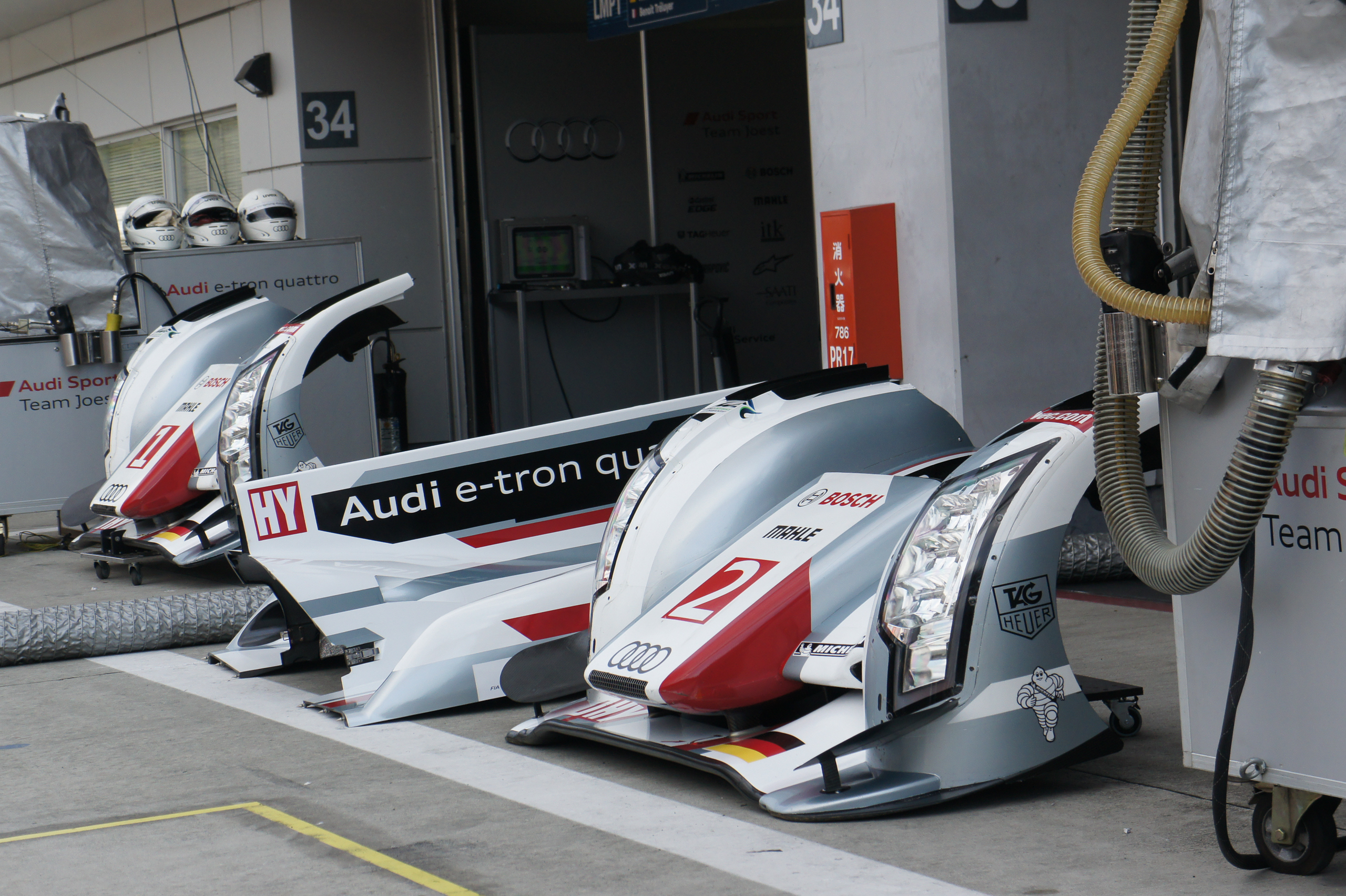 http://upload.wikimedia.org/wikipedia/commons/1/16/Audi_R18_e-tron_quattro_front_noses_2012_WEC_Fuji.jpg