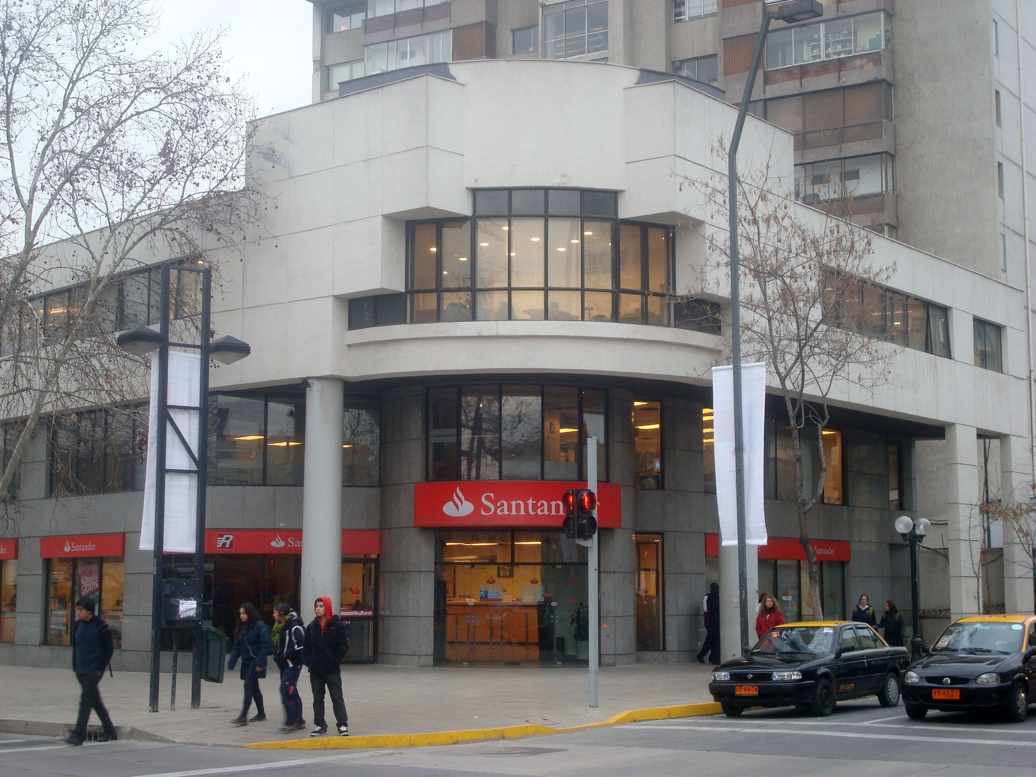 banco girls Commercial banking  santander is an active provider of capital, cash management, risk management and international solutions to thousands of corporate and.