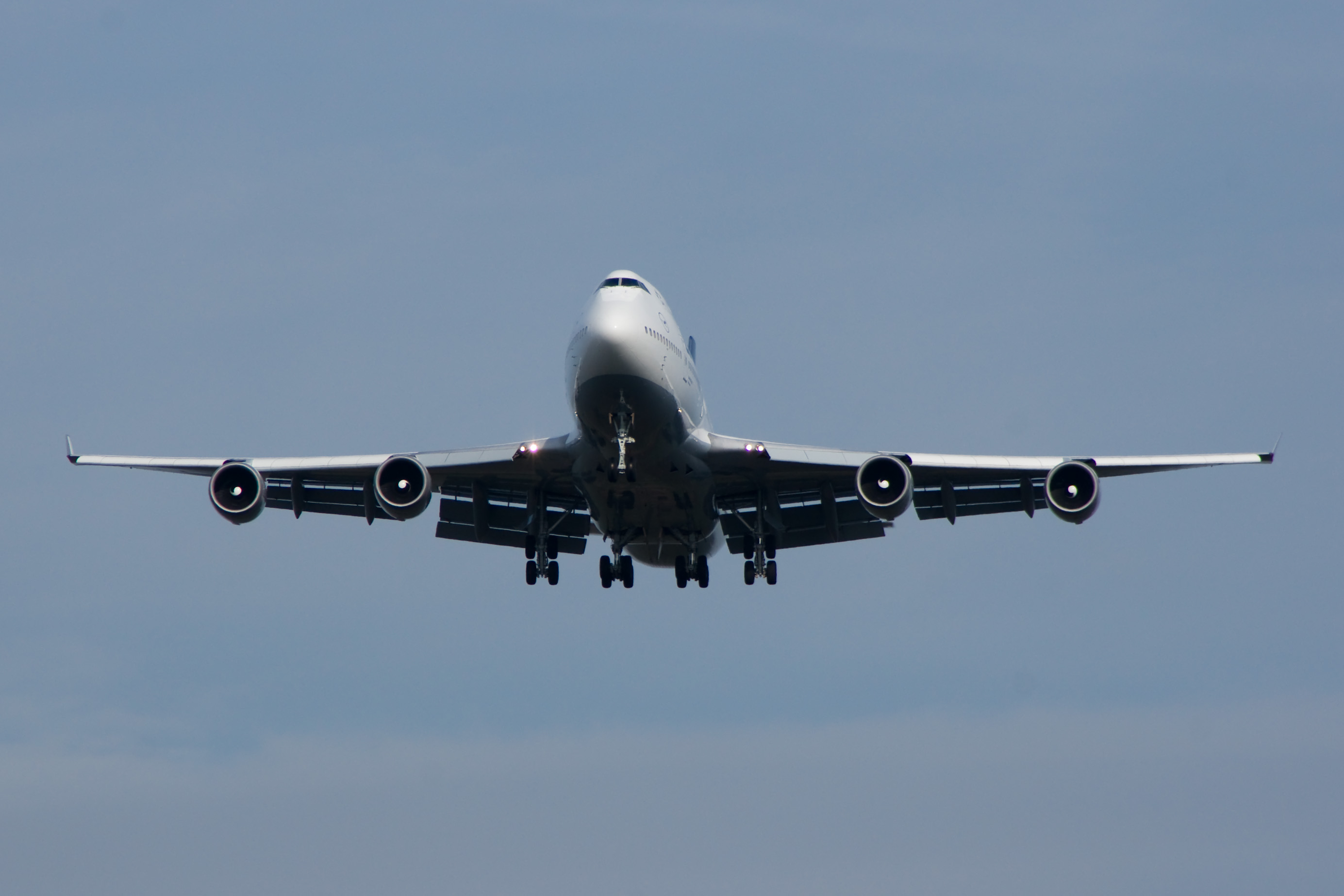 http://upload.wikimedia.org/wikipedia/commons/1/16/Boeing_747_Lufthansa.jpg