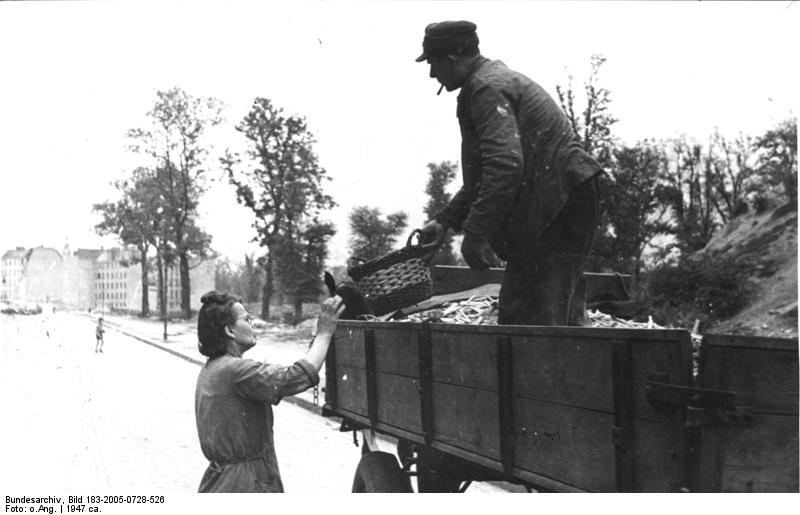 Tausch von Kartoffelschalen gegen Brennholz - Quelle: WikiCommons