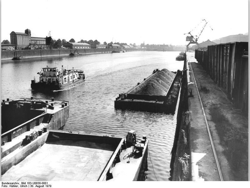 Bundesarchiv Bild 183-U0830-0001, Dresden, Binnenhafen, Lastkähne