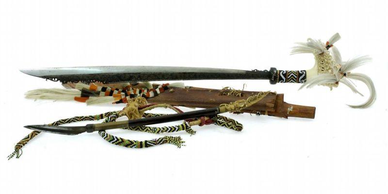 File:COLLECTIE TROPENMUSEUM Zwaard met gevest van been schede en mesje TMnr 391-124.jpg