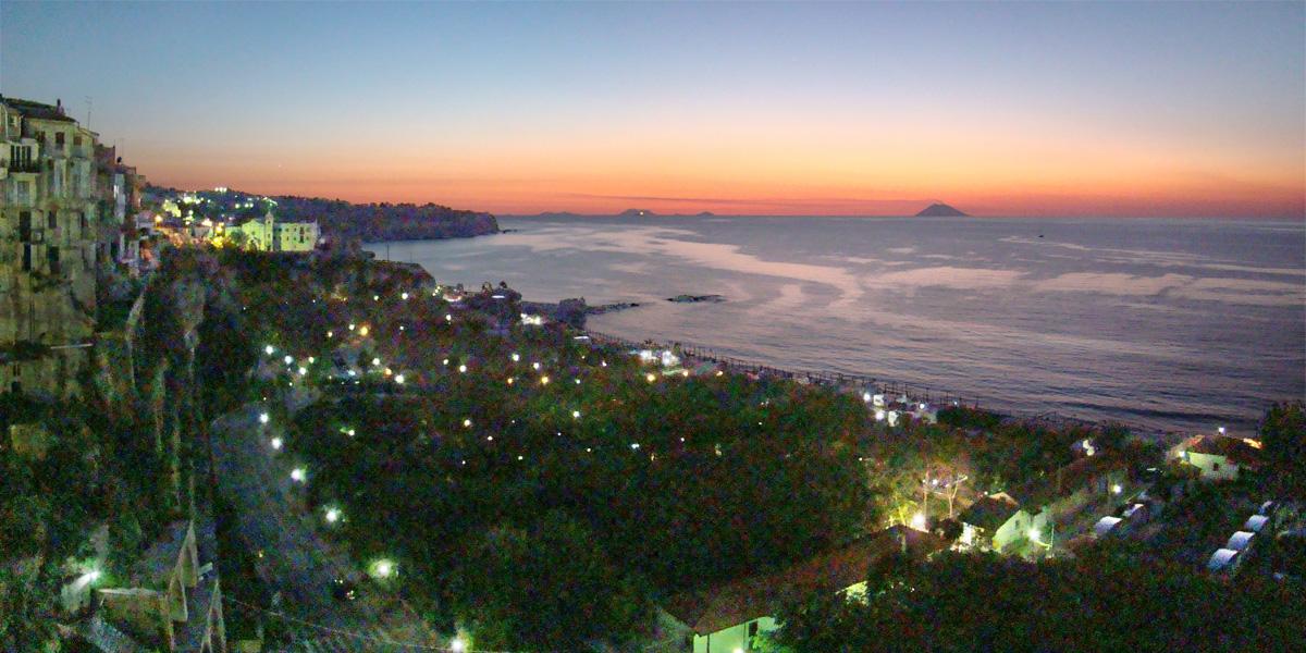Veduta delle Isole Eolie da Tropea (Calabria)