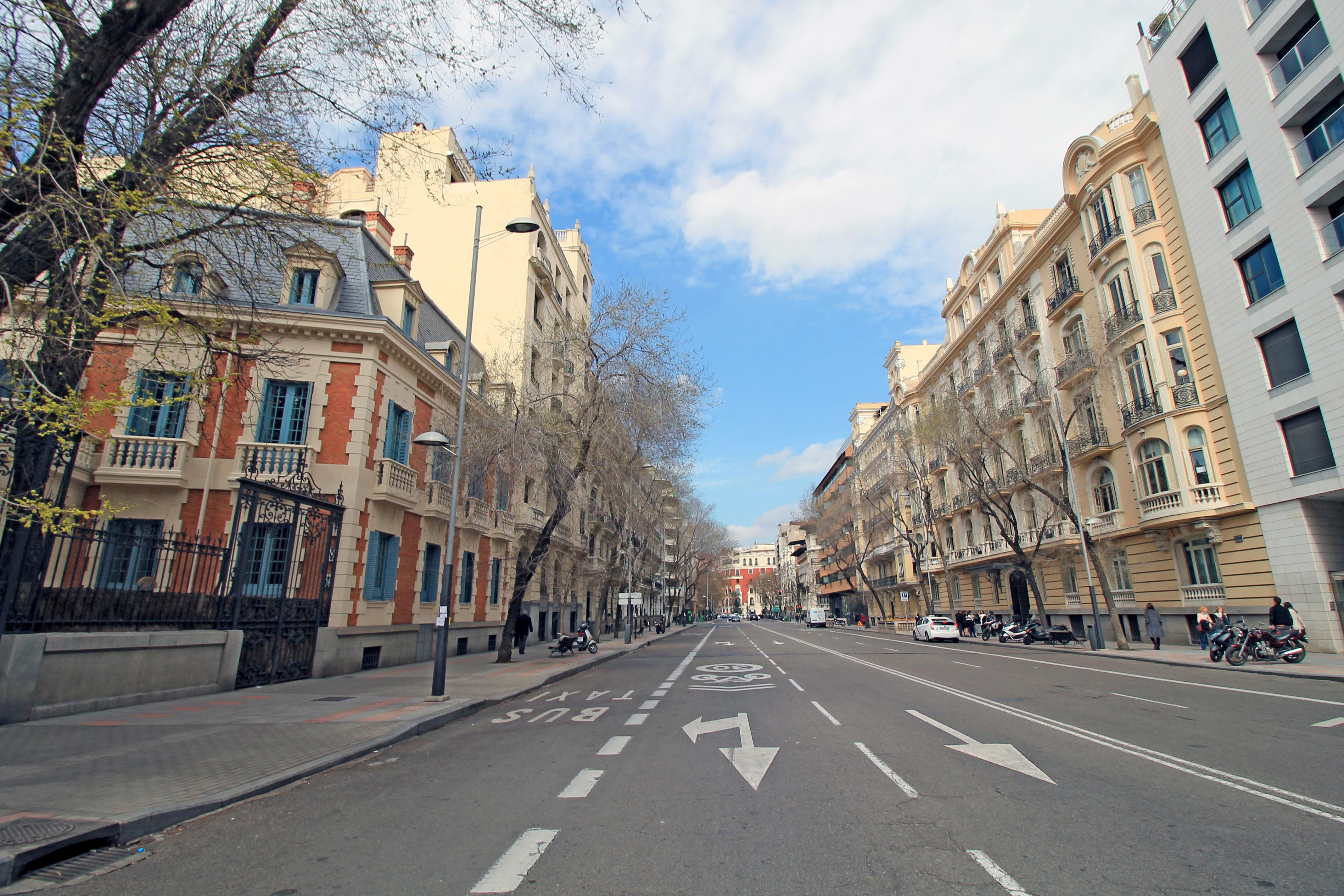 File calle de almagro madrid wikimedia commons - Calle nebulosas madrid ...