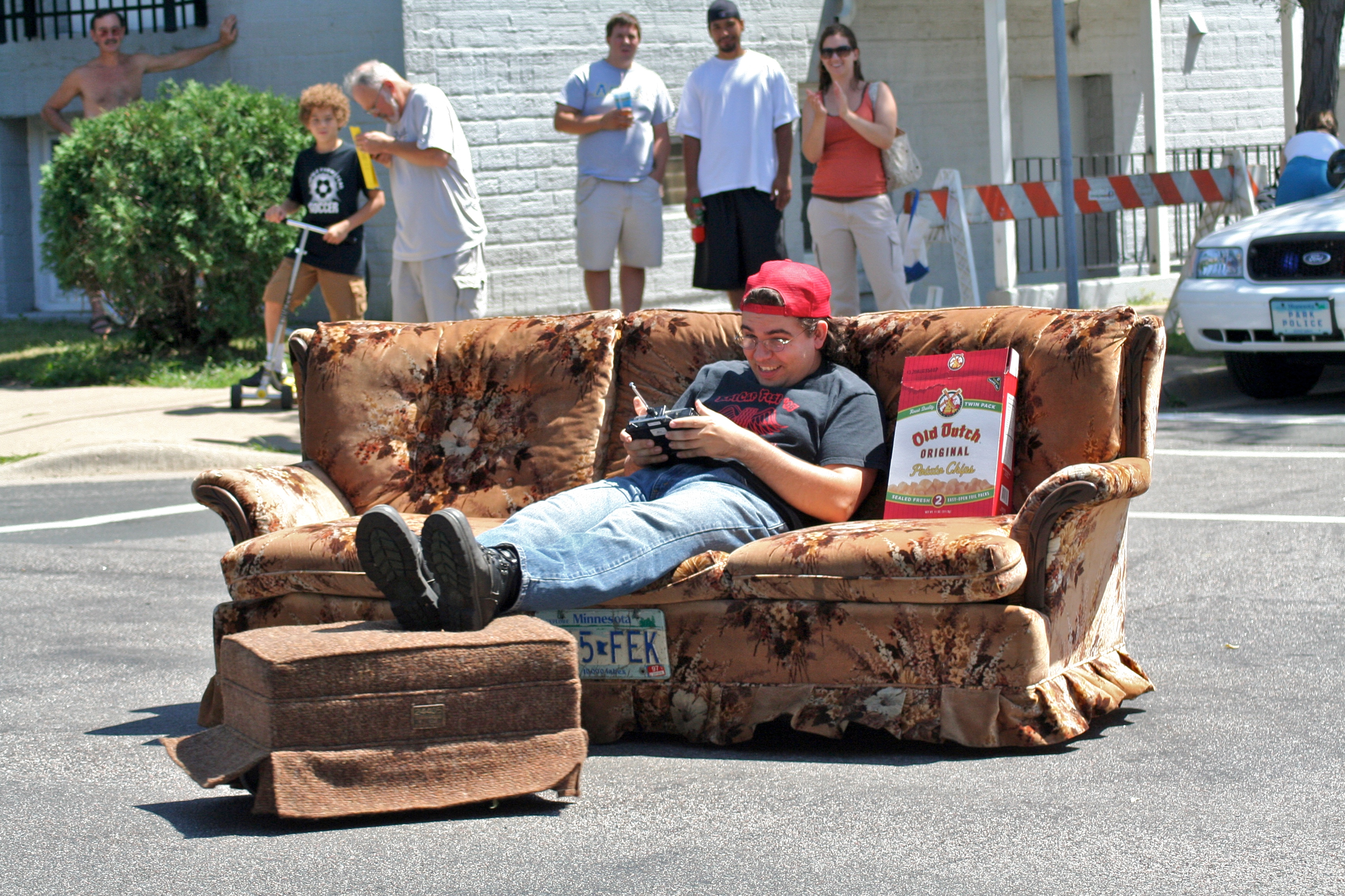File:Couch Car @ Minneapolis Art Car Parade (869453031)