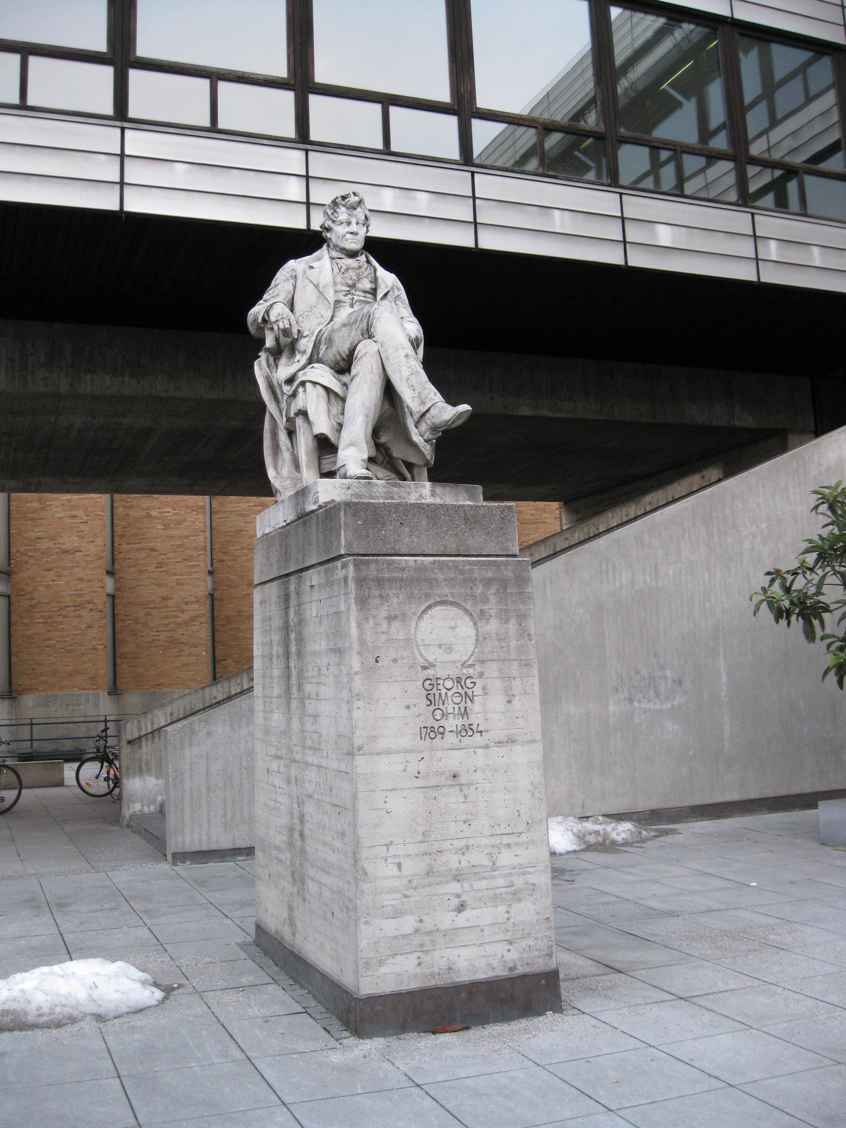 Памятник Георгу Ому возле Технического университета в Мюнхене