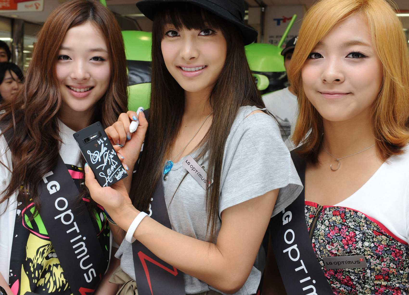 File:F(x)'s Luna, Victoria and Sulli 2.jpg - Wikimedia Commons