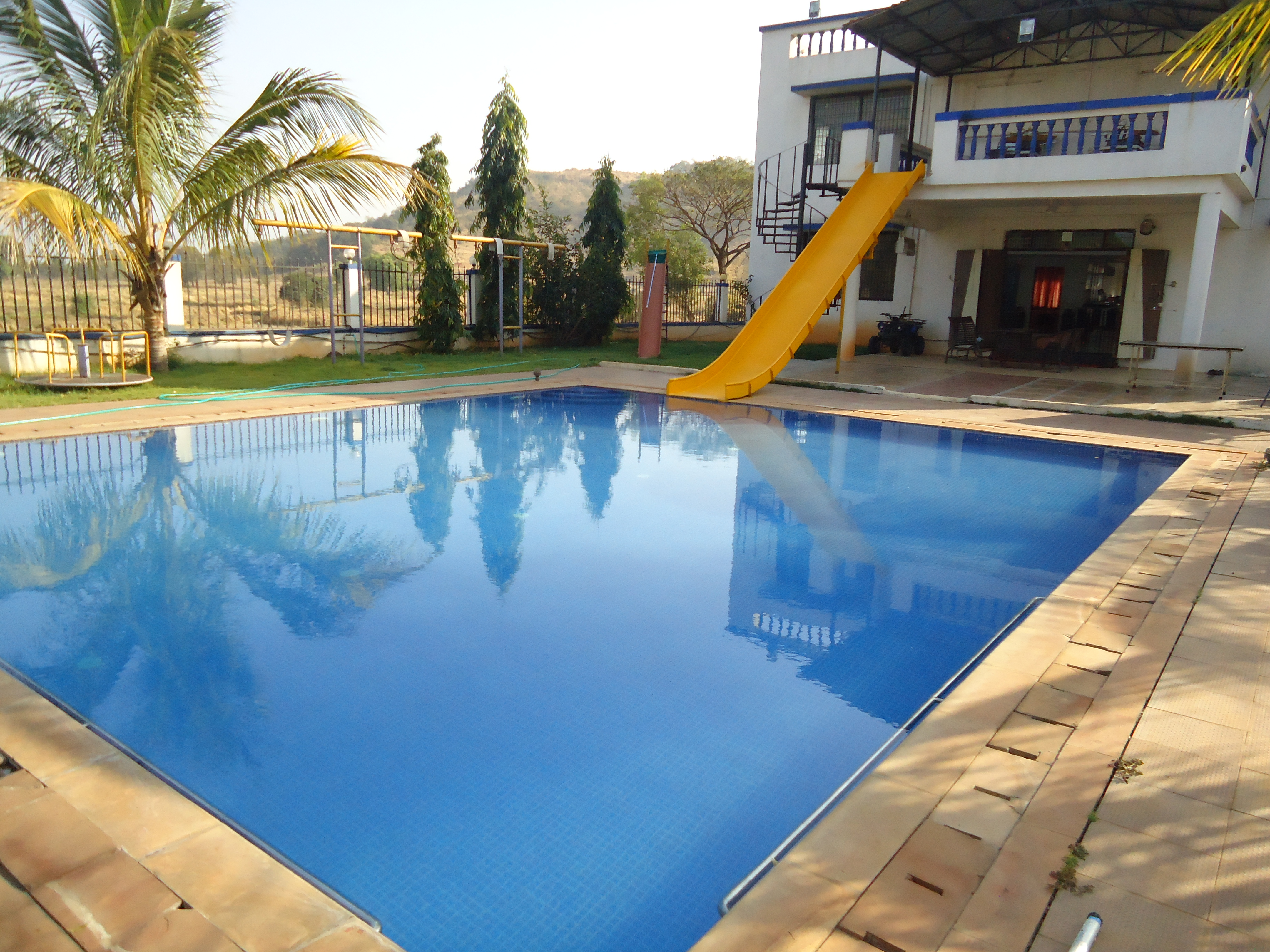 File farmhouse with swimming pool jpg wikimedia commons for Farmhouse with swimming pool