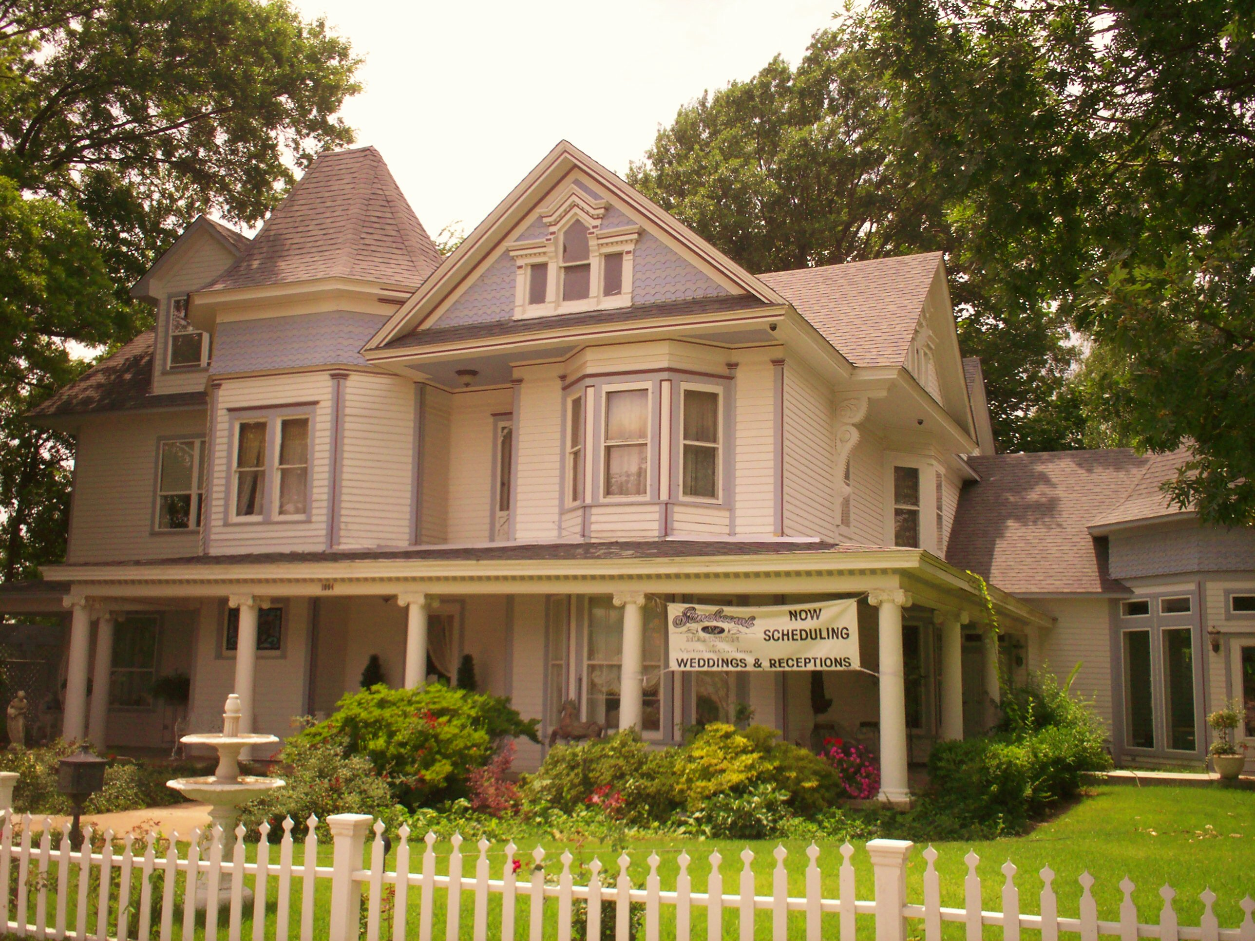 Broken arrow oklahoma familypedia fandom powered by wikia for Victorian colonial homes