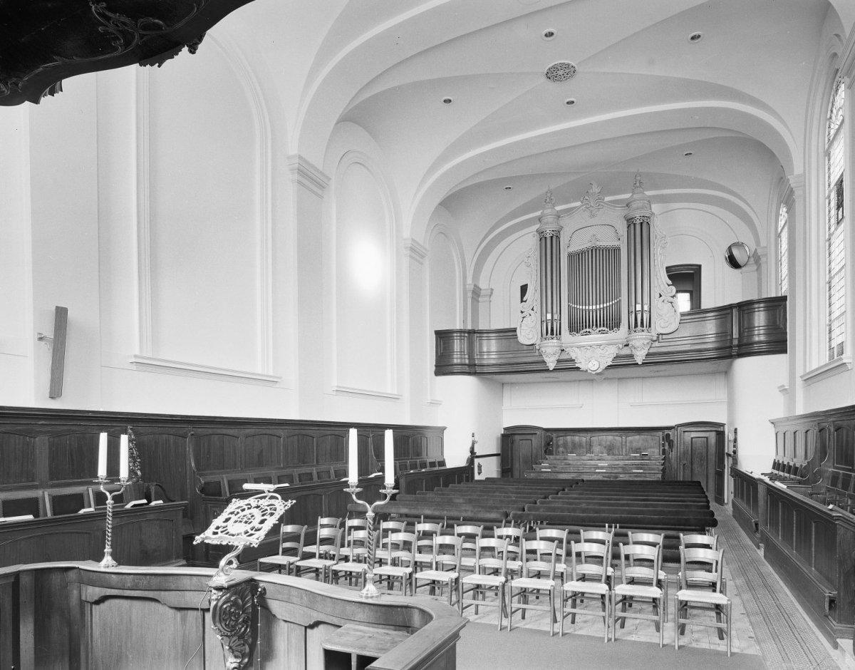 File:Interieur, overzicht naar het westen met herenbank en orgel ...