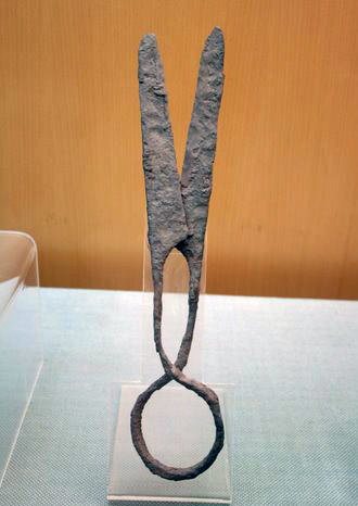 A pair of Eastern-Han iron scissors Iron scissors, E Han.JPG