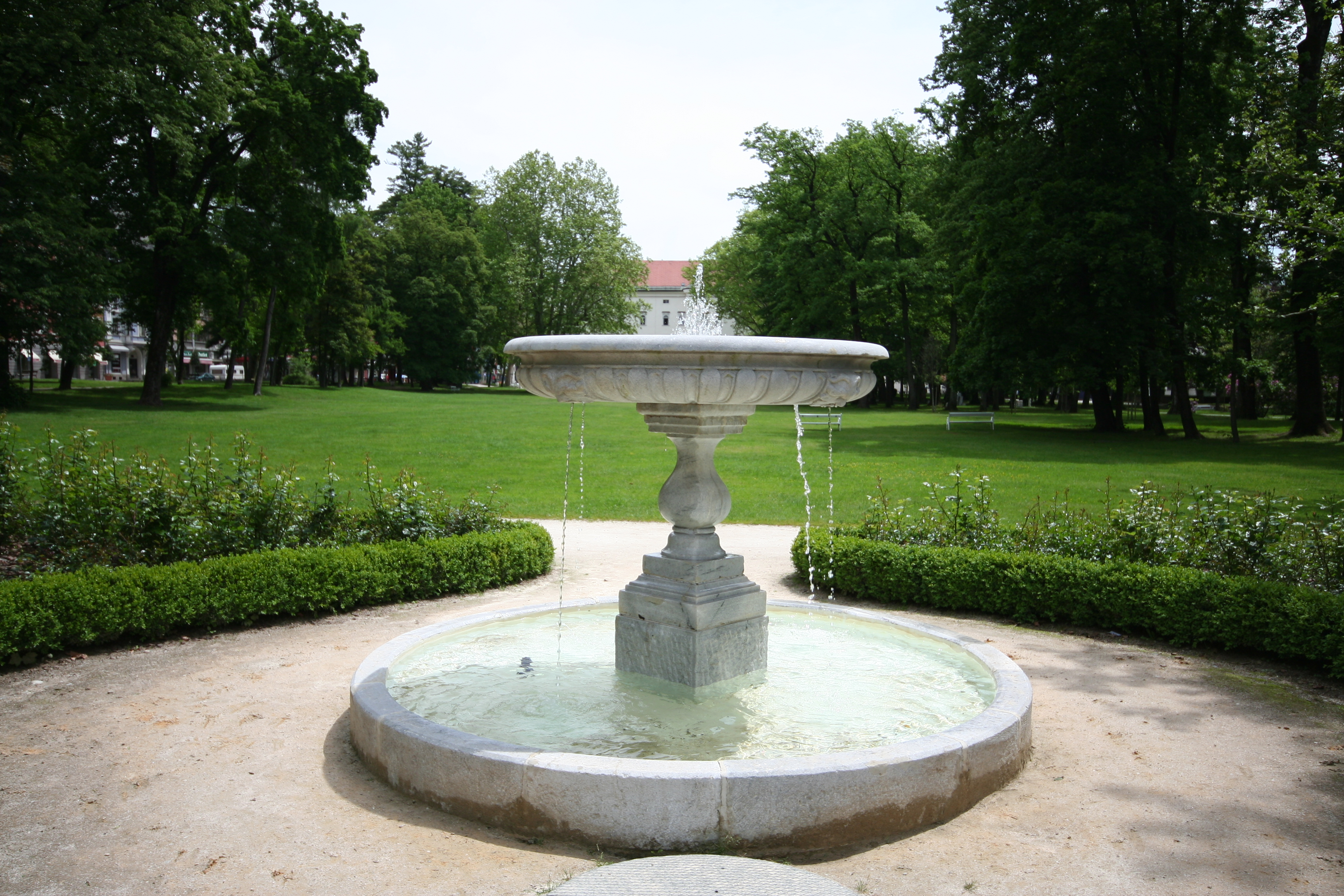 file kleiner springbrunnen im schlosspark in spittal an der drau jpg wikimedia commons. Black Bedroom Furniture Sets. Home Design Ideas