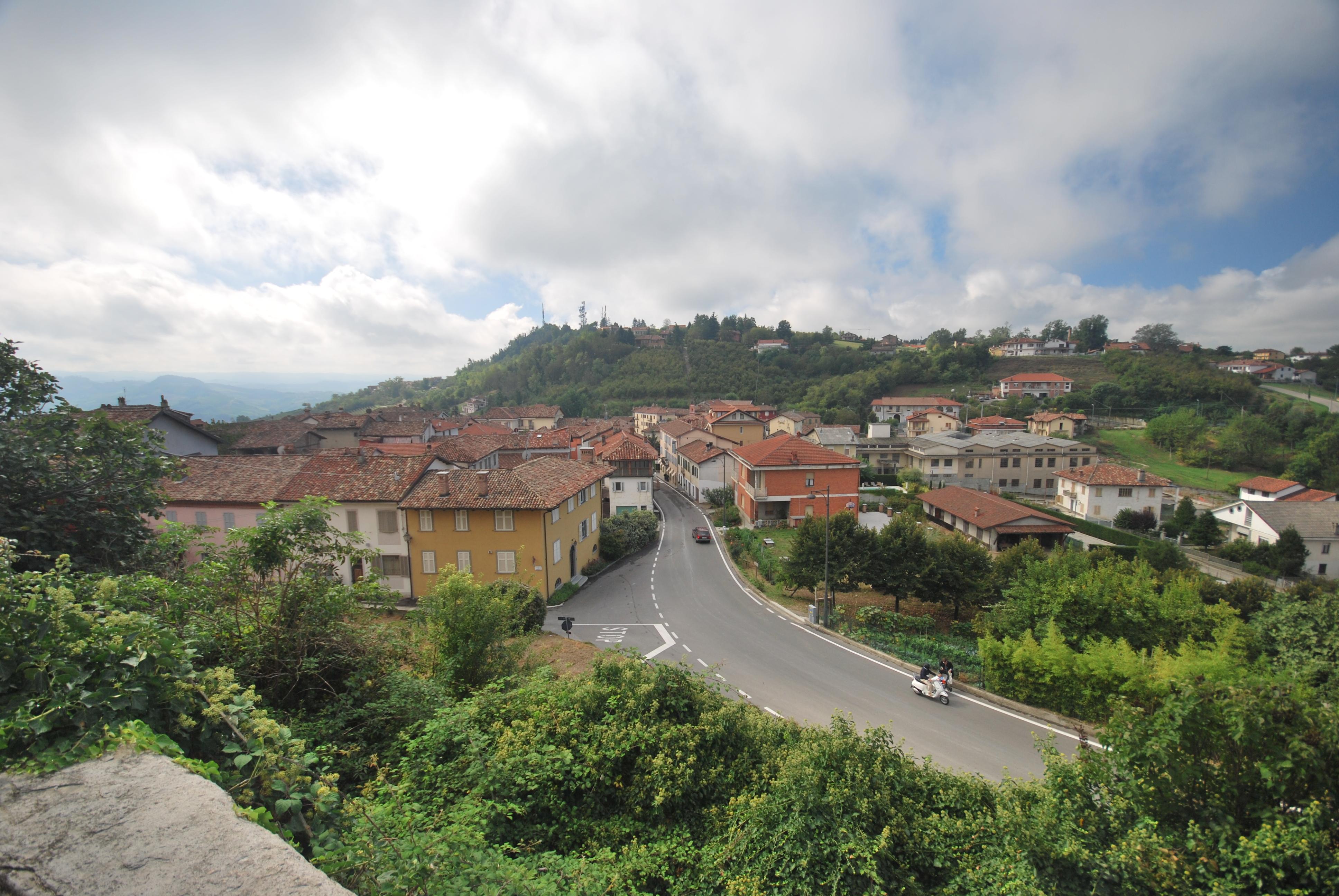 Description La Morra village western part.JPG