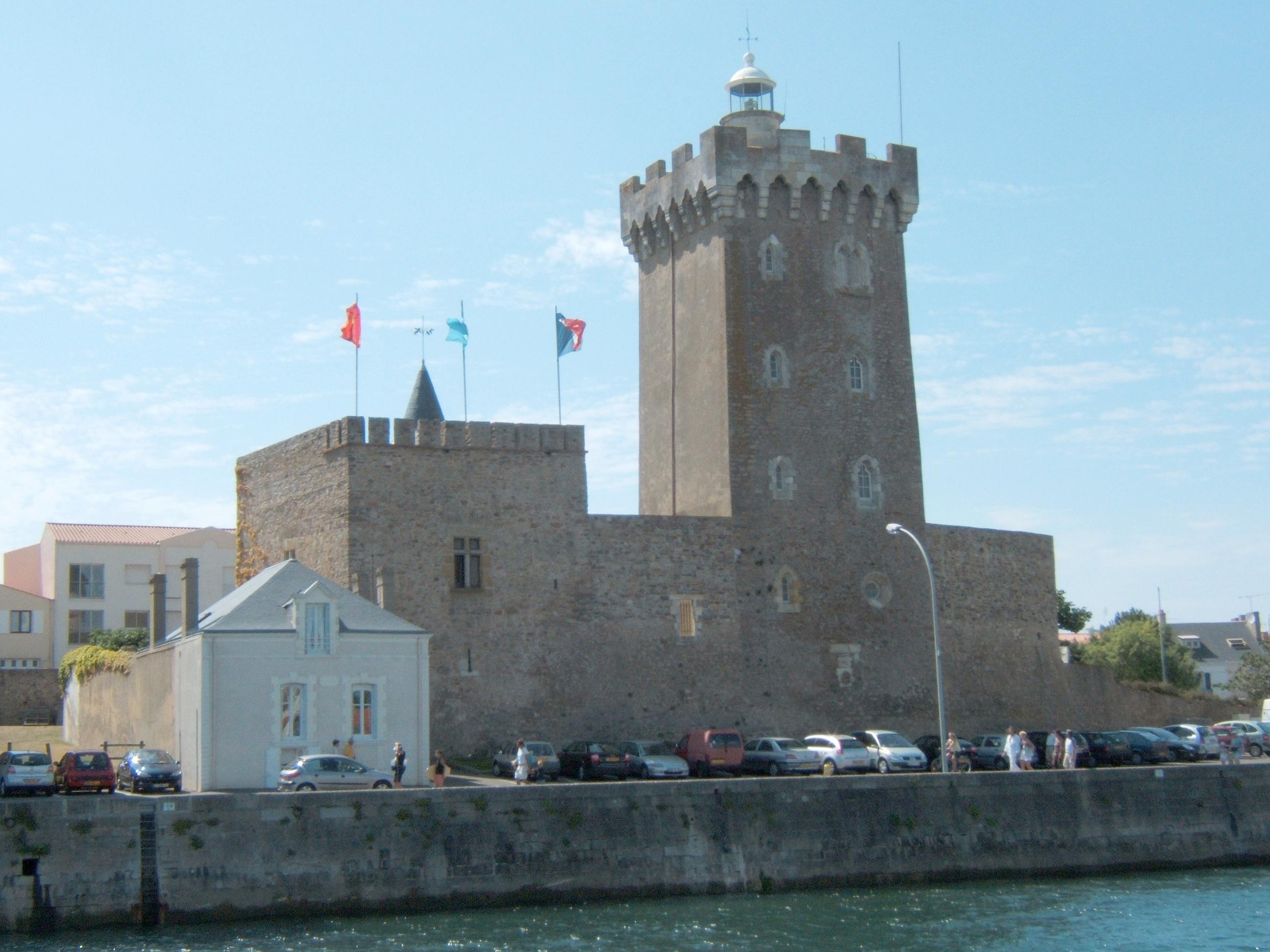 """Hôtel de la tour - Les Sables d'olonne - Tél. 02 51 95 38 48 Chambre double: """"La chambre de la tour"""""""