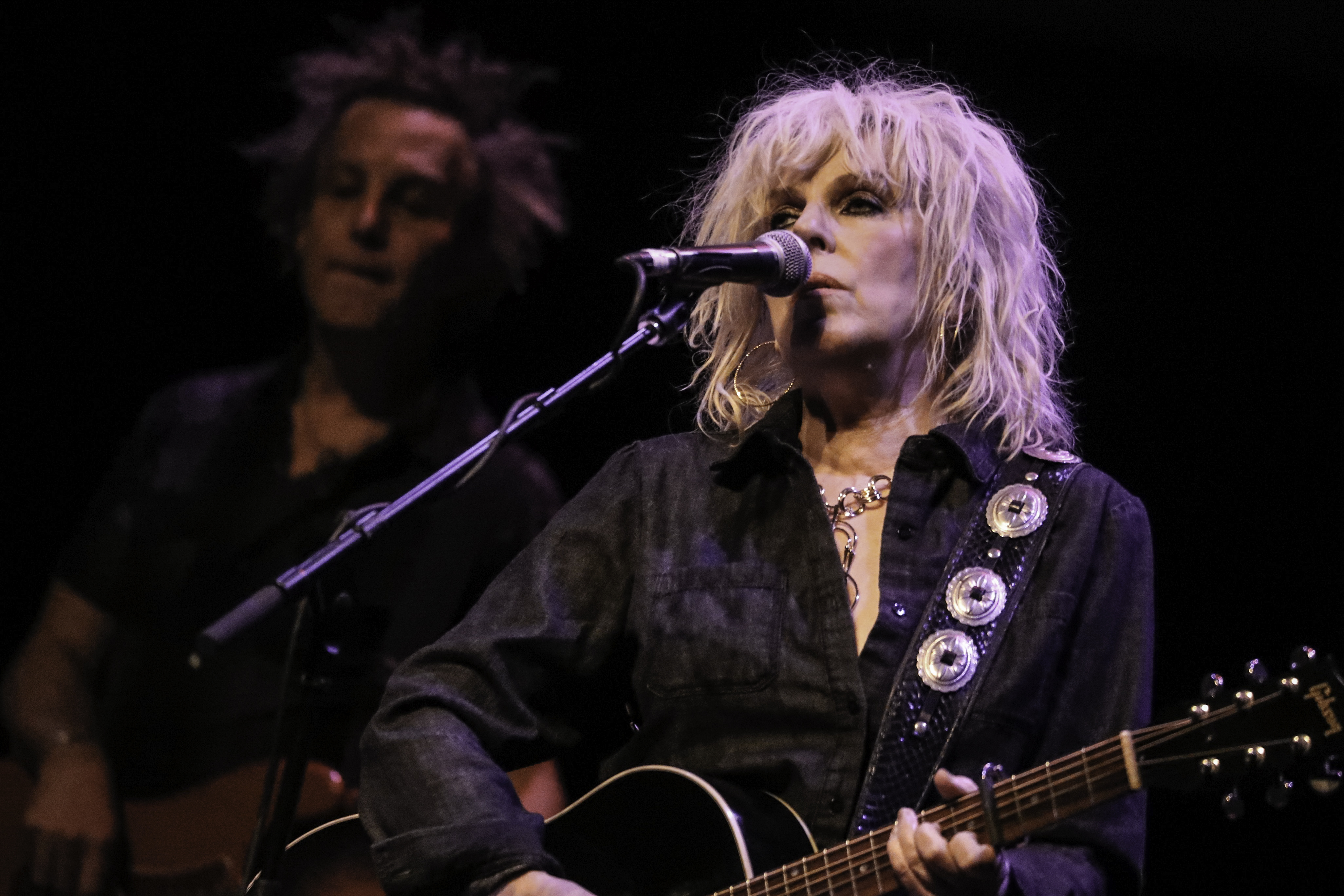 Lucinda Williams di Andy Witchger / CC BY (https://creativecommons.org/licenses/by/2.0)