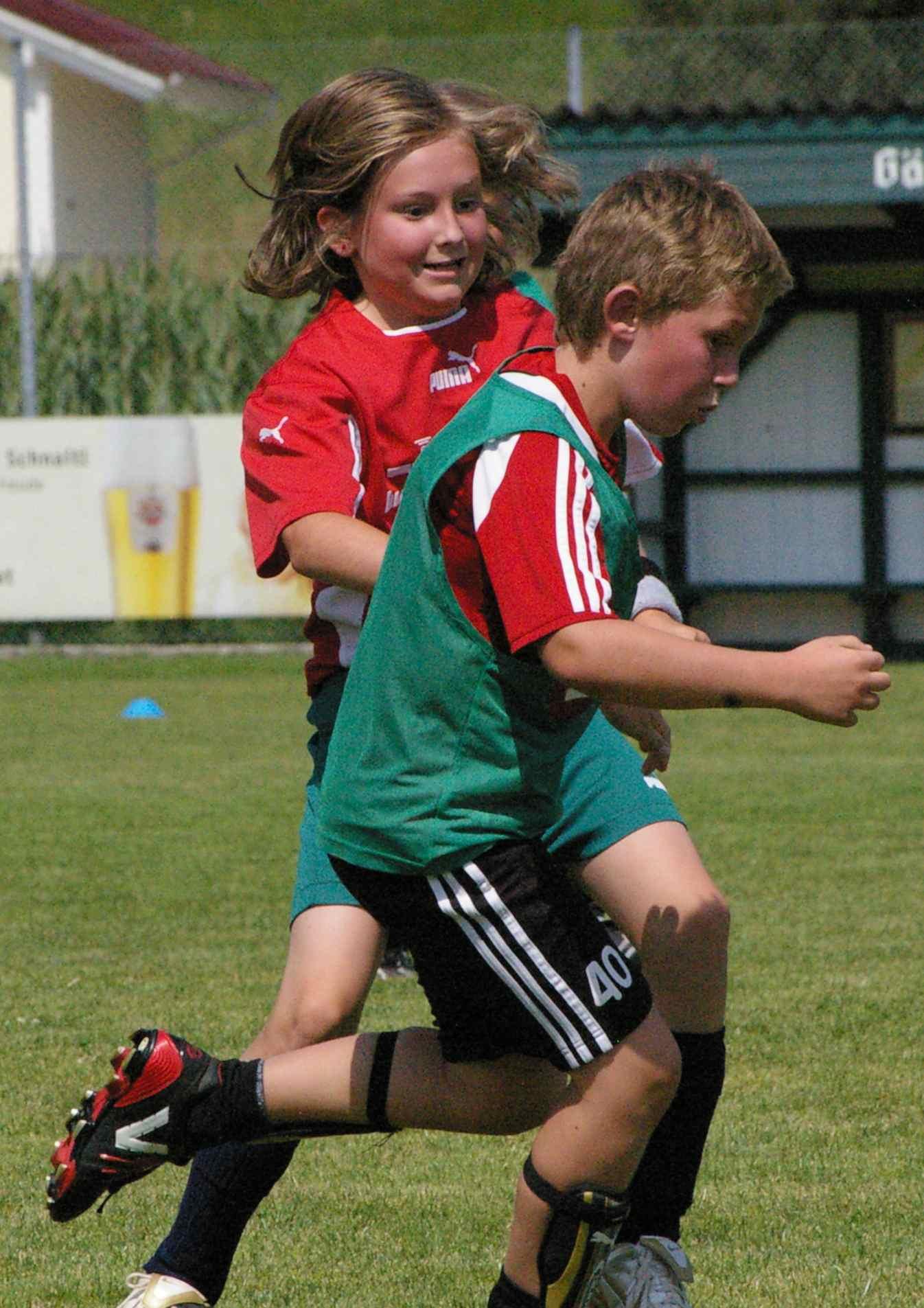 File Madchen Gegen Buben Fussball Jpg Wikimedia Commons
