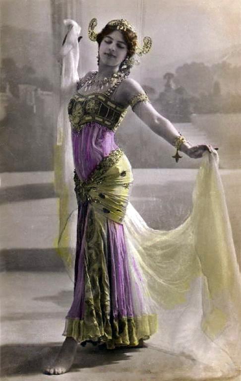 Penari eksotik Belanda, Mata Hari dieksekusi oleh regu tembak di Perancis atas tuduhan sebagai mata-mata Jerman.