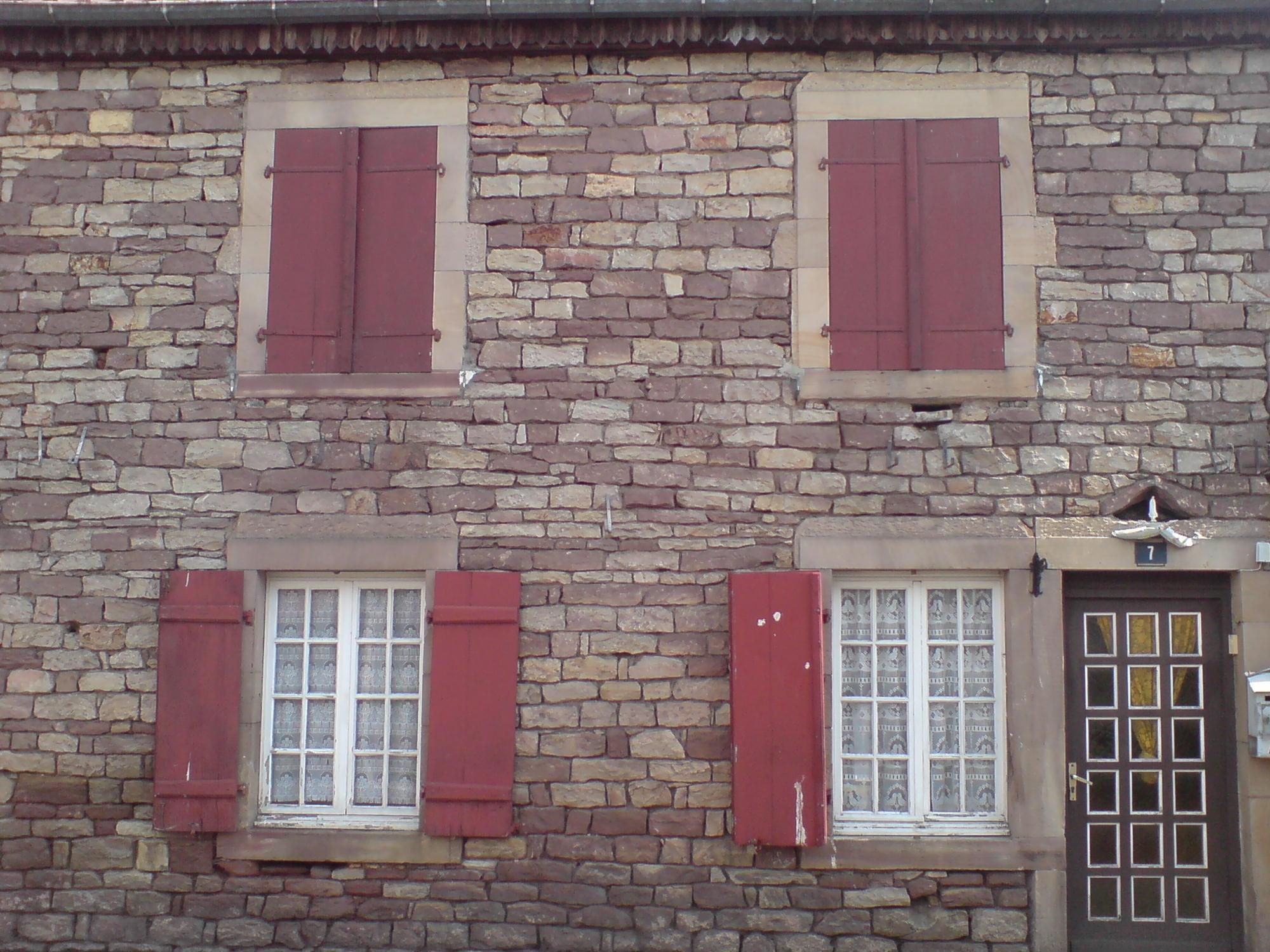 File mur de pierre sur une maison wikimedia for Exterieur maison en pierre