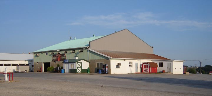 Auctions In Ohio >> File:Ohio - Mt Hope - Auction Barn.jpg - Wikimedia Commons
