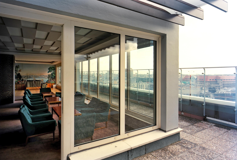 File:PanAm Loungebereich & Terrasse.jpg - Wikimedia Commons