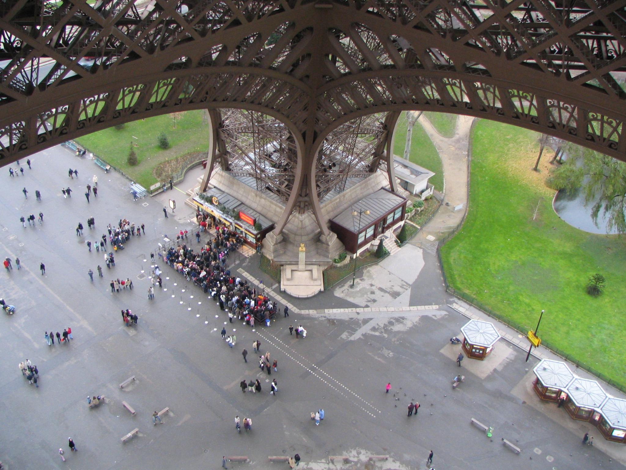 File pied de la tour wikimedia commons for Chaise pied tour eiffel