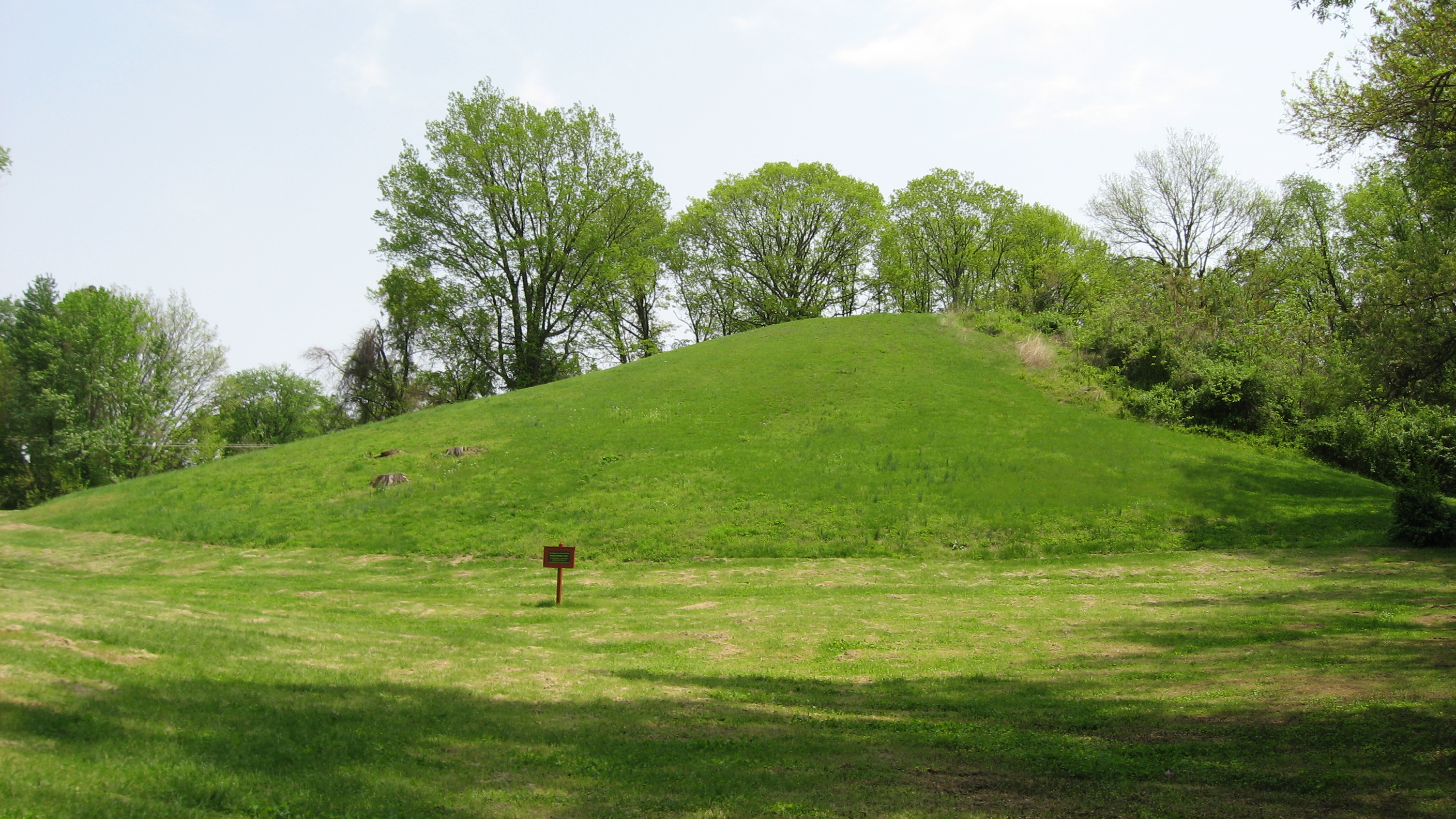 File pyramid mound from wikipedia for Mounding grass