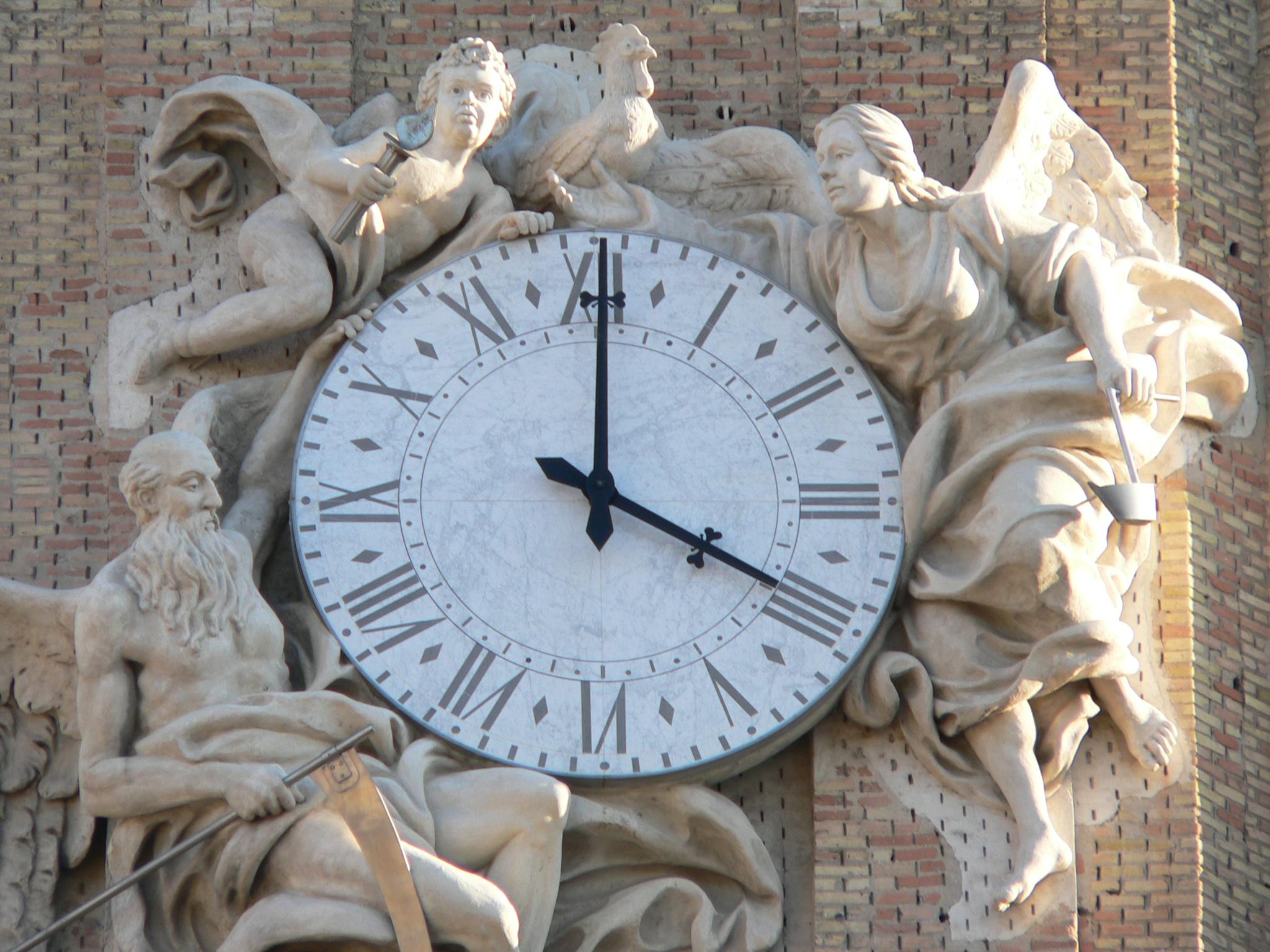 http://upload.wikimedia.org/wikipedia/commons/1/16/Reloj_de_La_Seo_Zaragoza.JPG