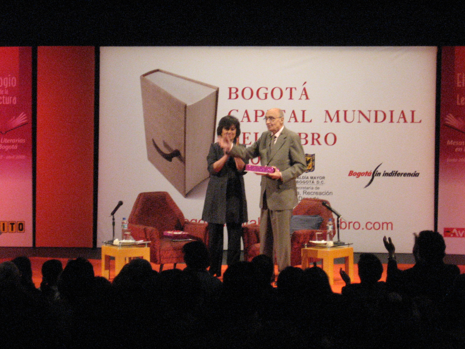 José Saramago durante la Feria Internacional del Libro en Bogotá, Colombia.