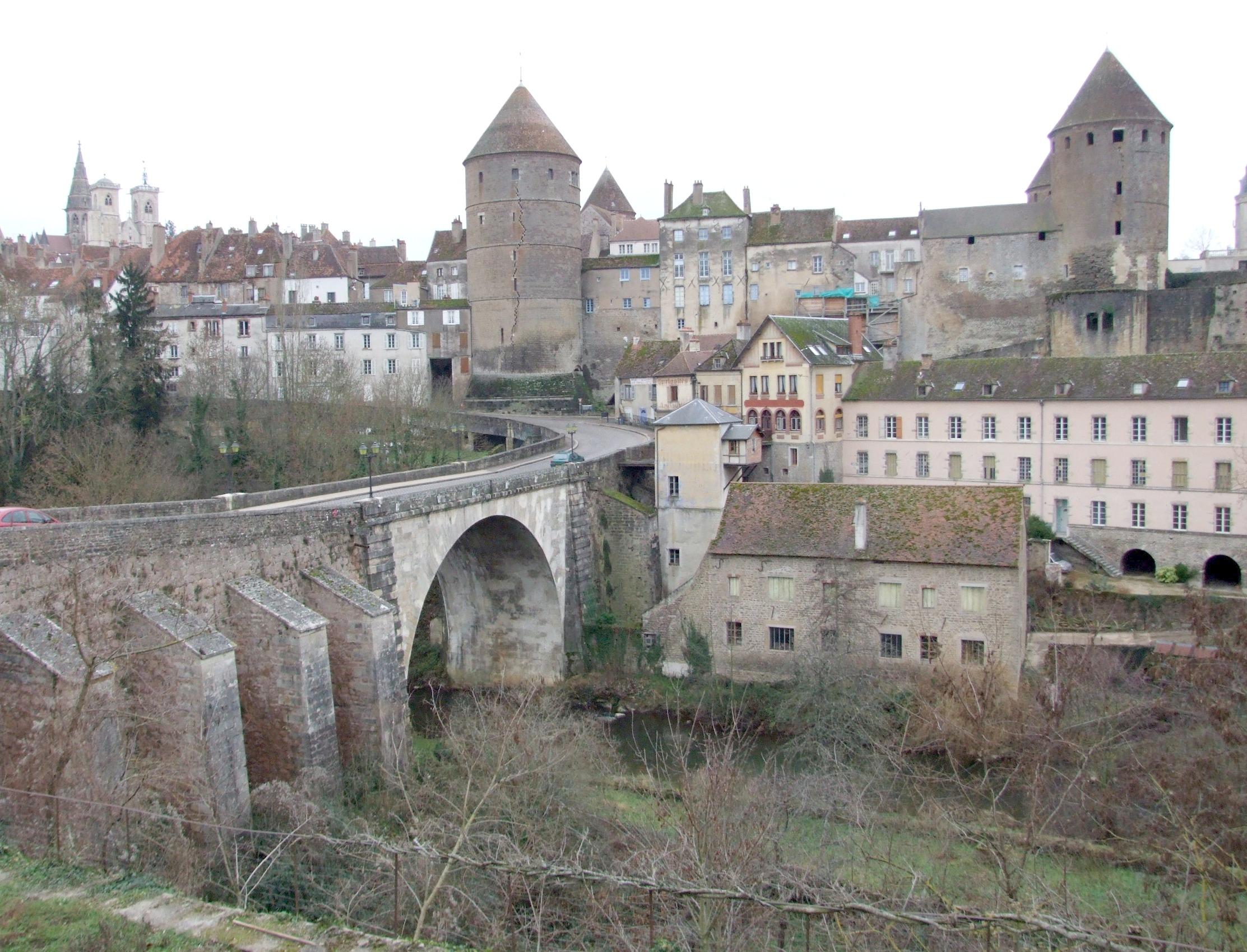 Le pont Joly enjambant l'Armançon.