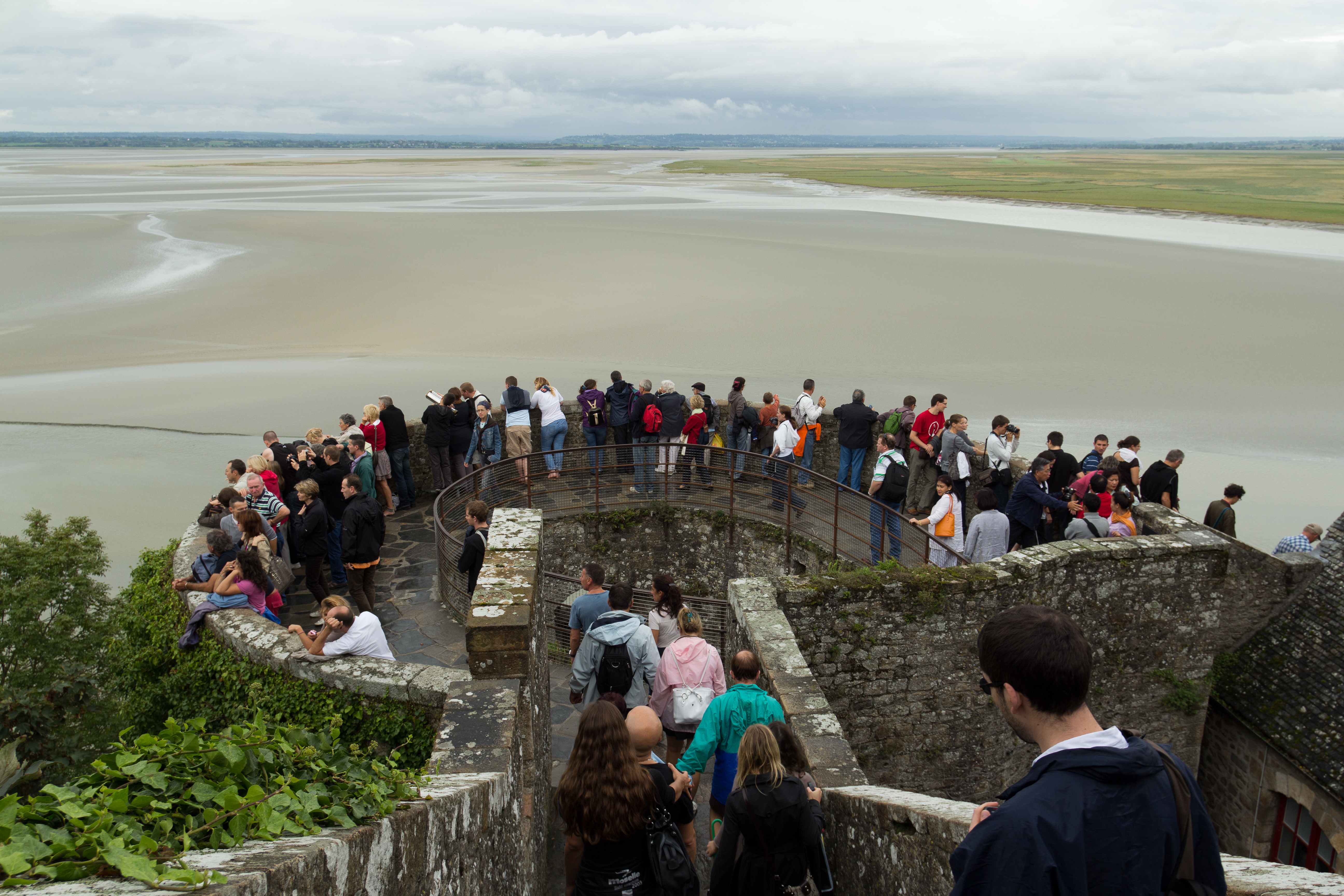 file touristes sur la tour du nord le mont saint michel manche france jpg wikimedia commons. Black Bedroom Furniture Sets. Home Design Ideas