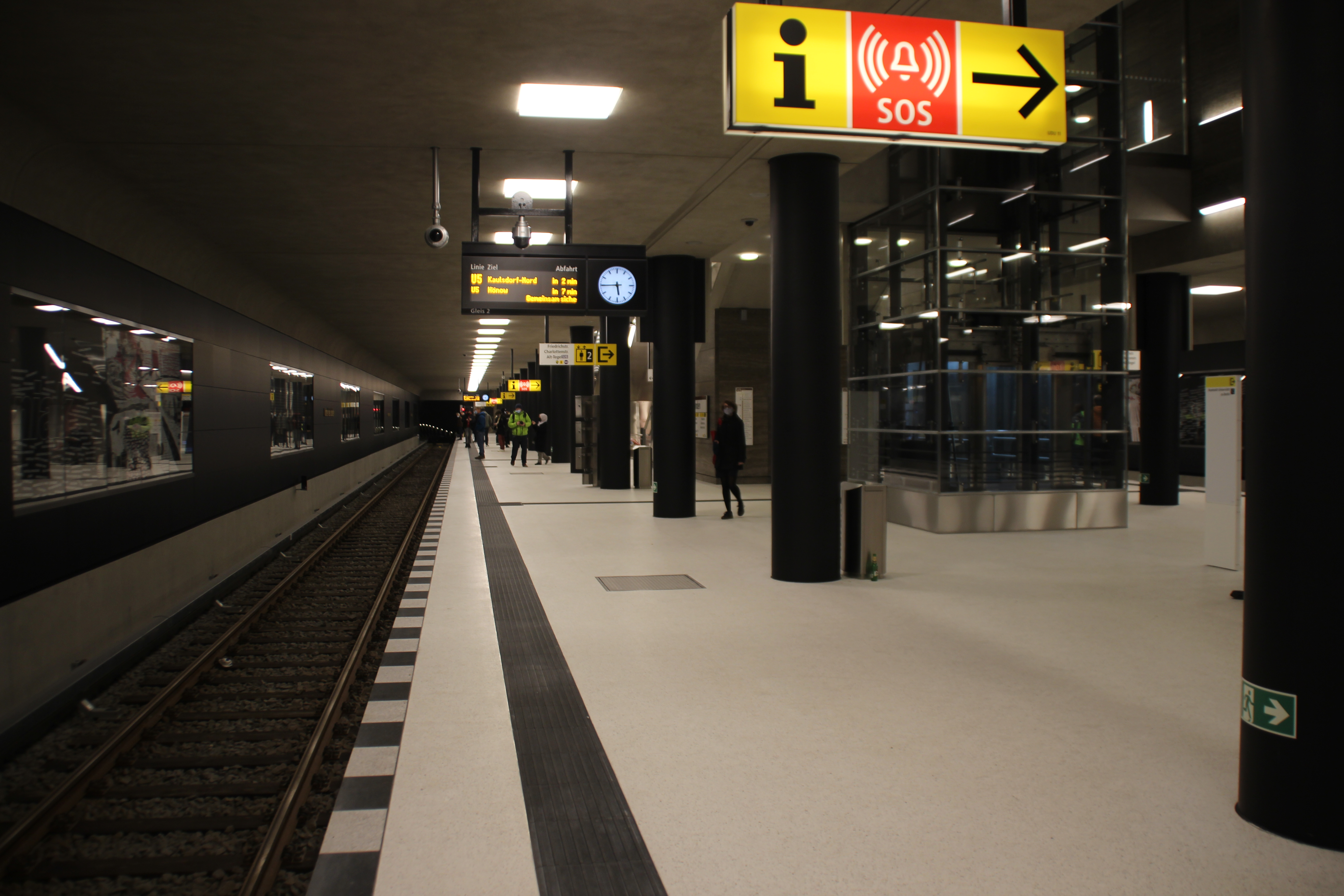 U-Bahnhof Unter den Linden U5 Bahnsteig.jpg