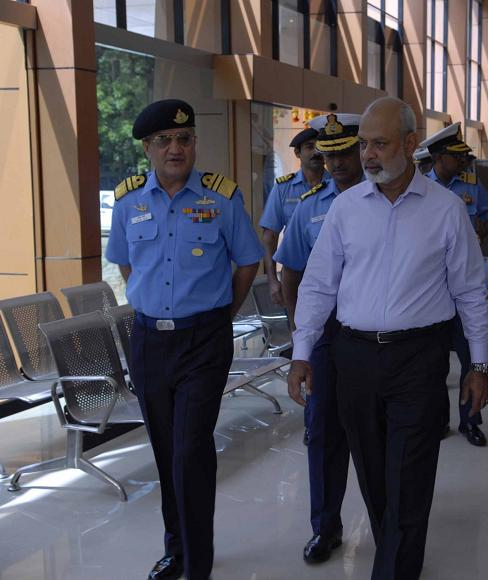 Admiral (Retd) K N Sushil and Vice Admiral Satish Soni inspecting the renovated retail outlet of the Indian Naval Canteen Service (INCS).jpg English:
