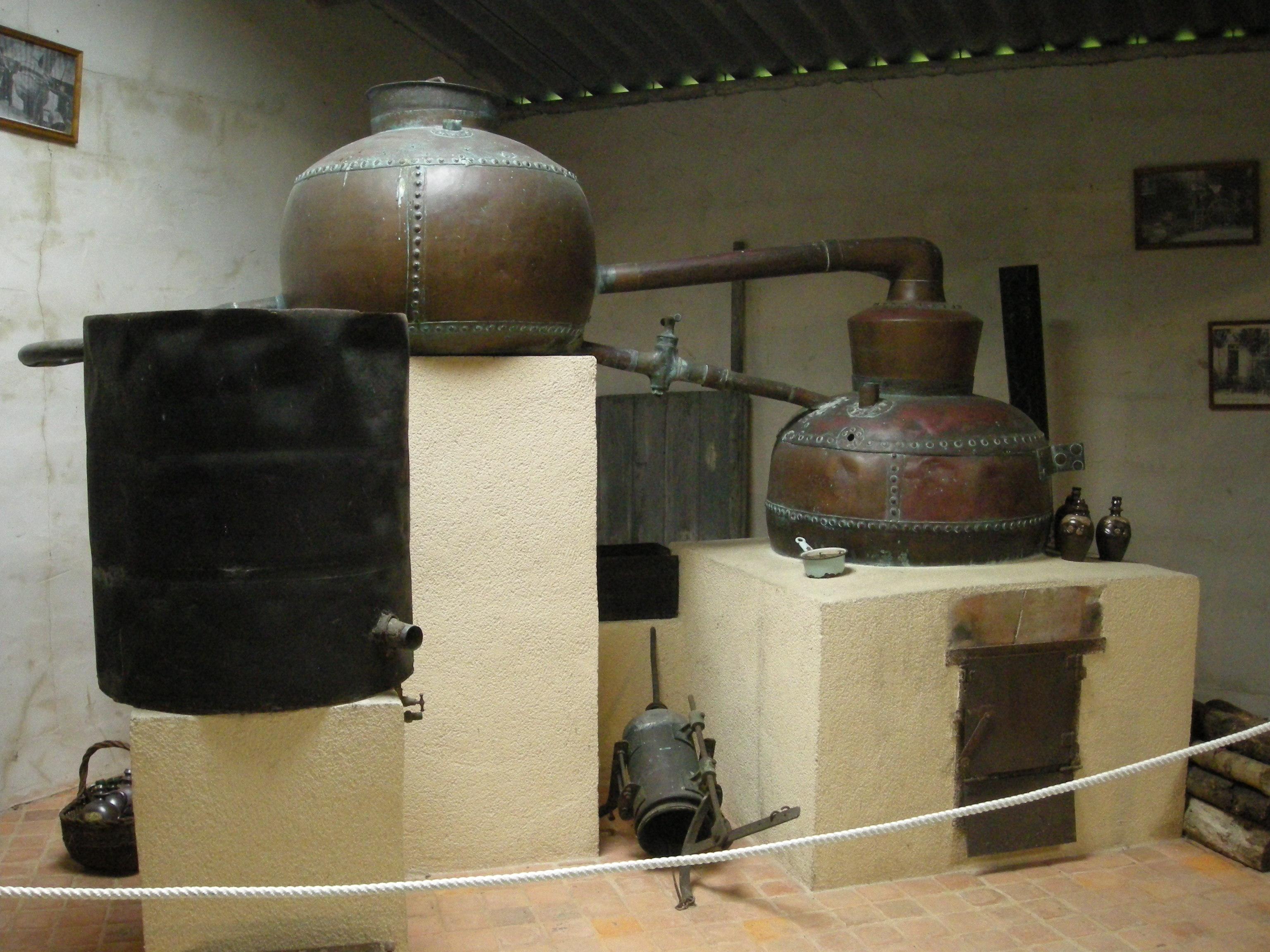 Calvados Destilliergerät (Saint-Jean-des-Champs, Normandie), von Ji-Elle, Public Domain
